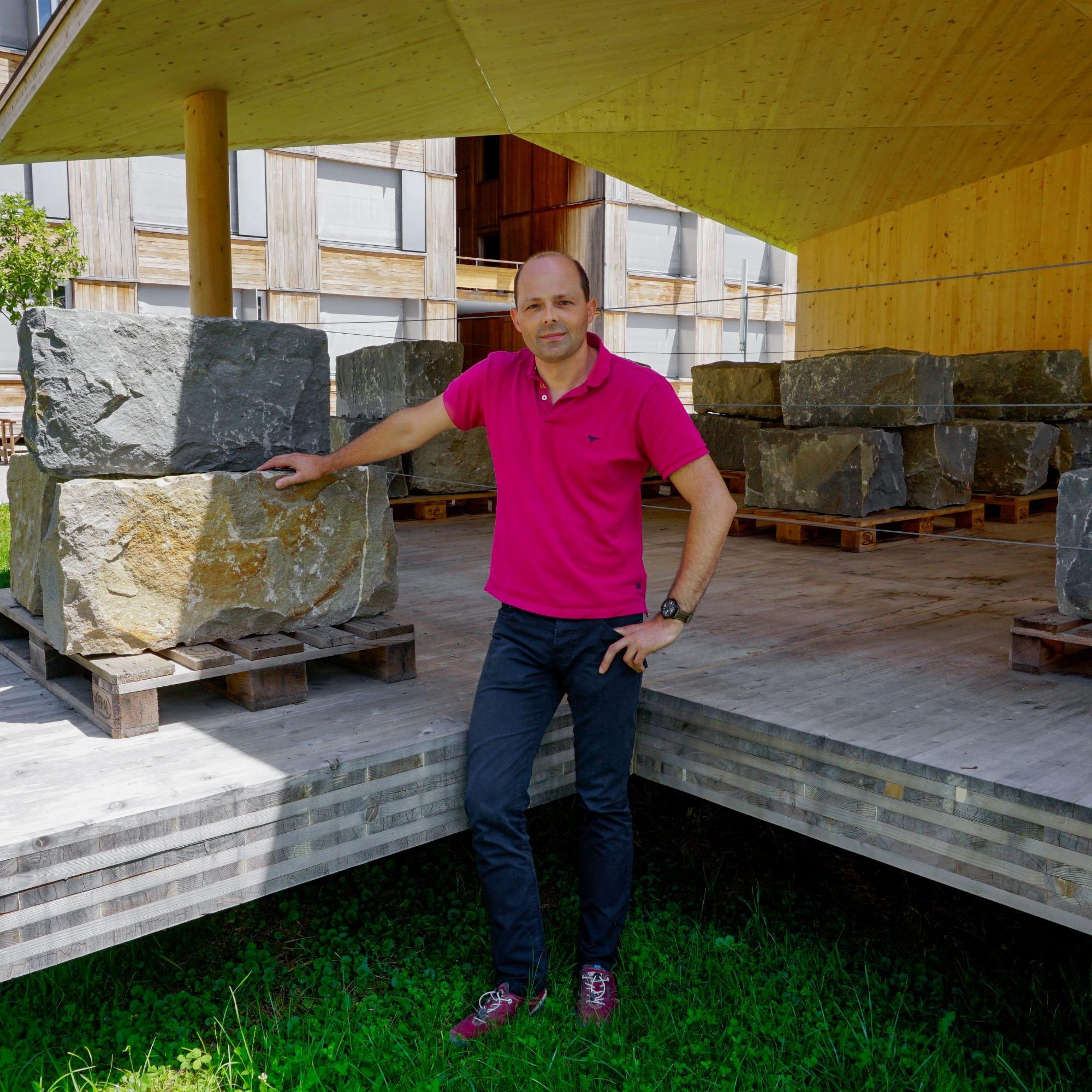 Steffen Franke beim TS3-Dauerprüfstand im Innenhof der Berner Fachhochschule in Biel.