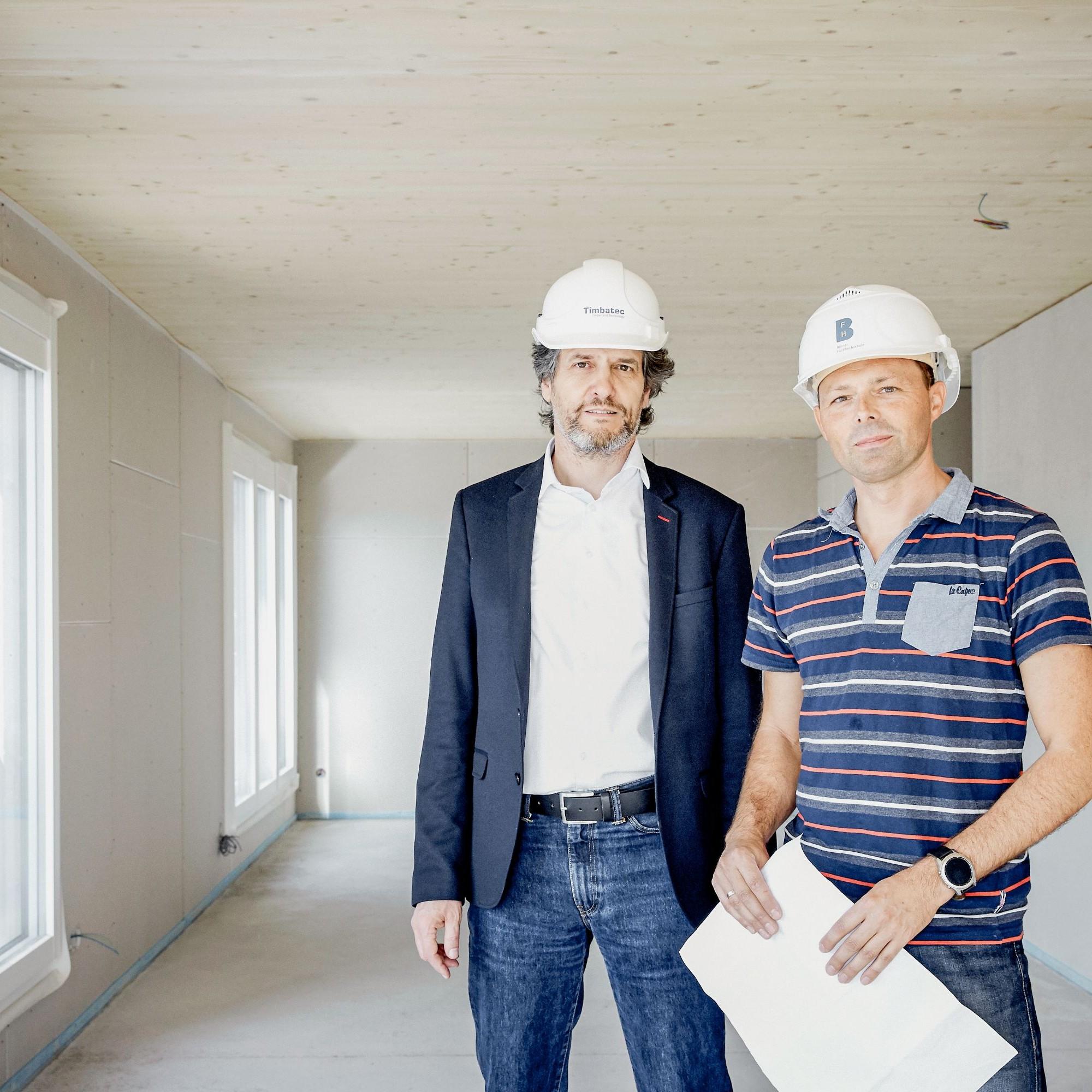 Stefan Zöllig (links) und Steffen Franke auf der Baustelle in Grossaffoltern. Hier wurde die Geschossdecke mit der neuen TS3-Technologie hergestellt.
