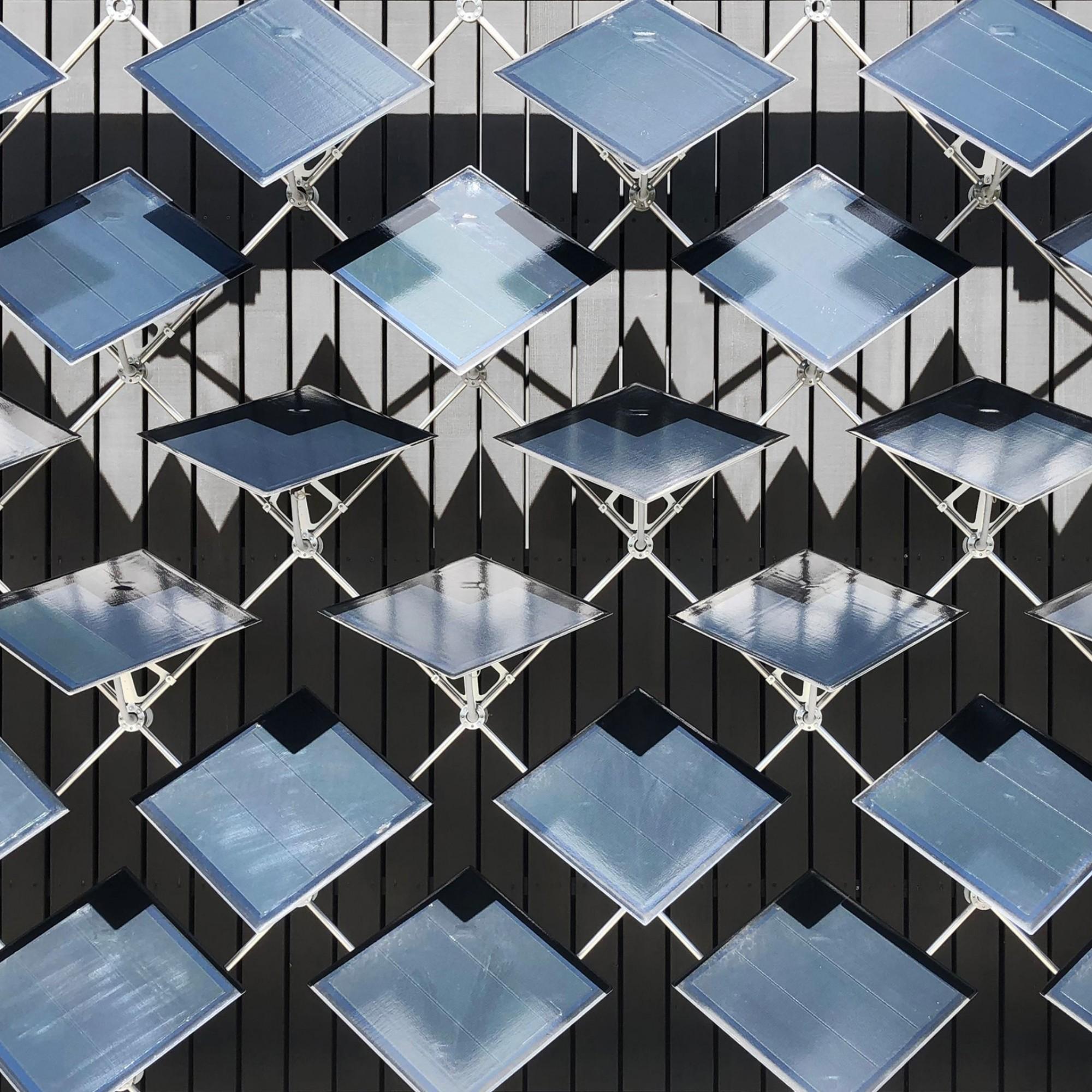 Im Vergleich zu statischen Fassaden-Paneelen erzeugen jene der Solarfassaderund 50 Prozent mehr Energie.