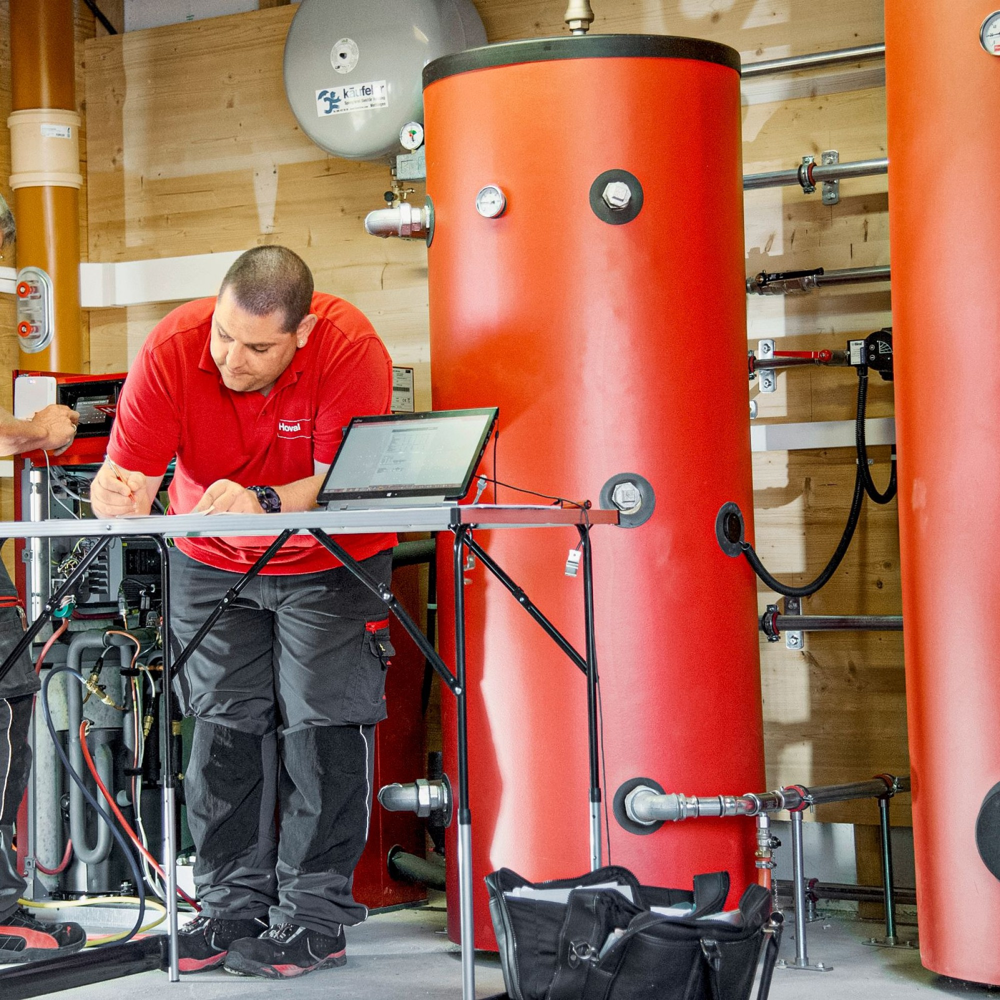 Bei energetischen Betriebsoptimierungen und Wartungsarbeiten ganz allgemein sorgen Experten für einen zuverlässigen und nachhaltigen Betrieb von Heizungsanlagen und weiteren Energiesystemen.