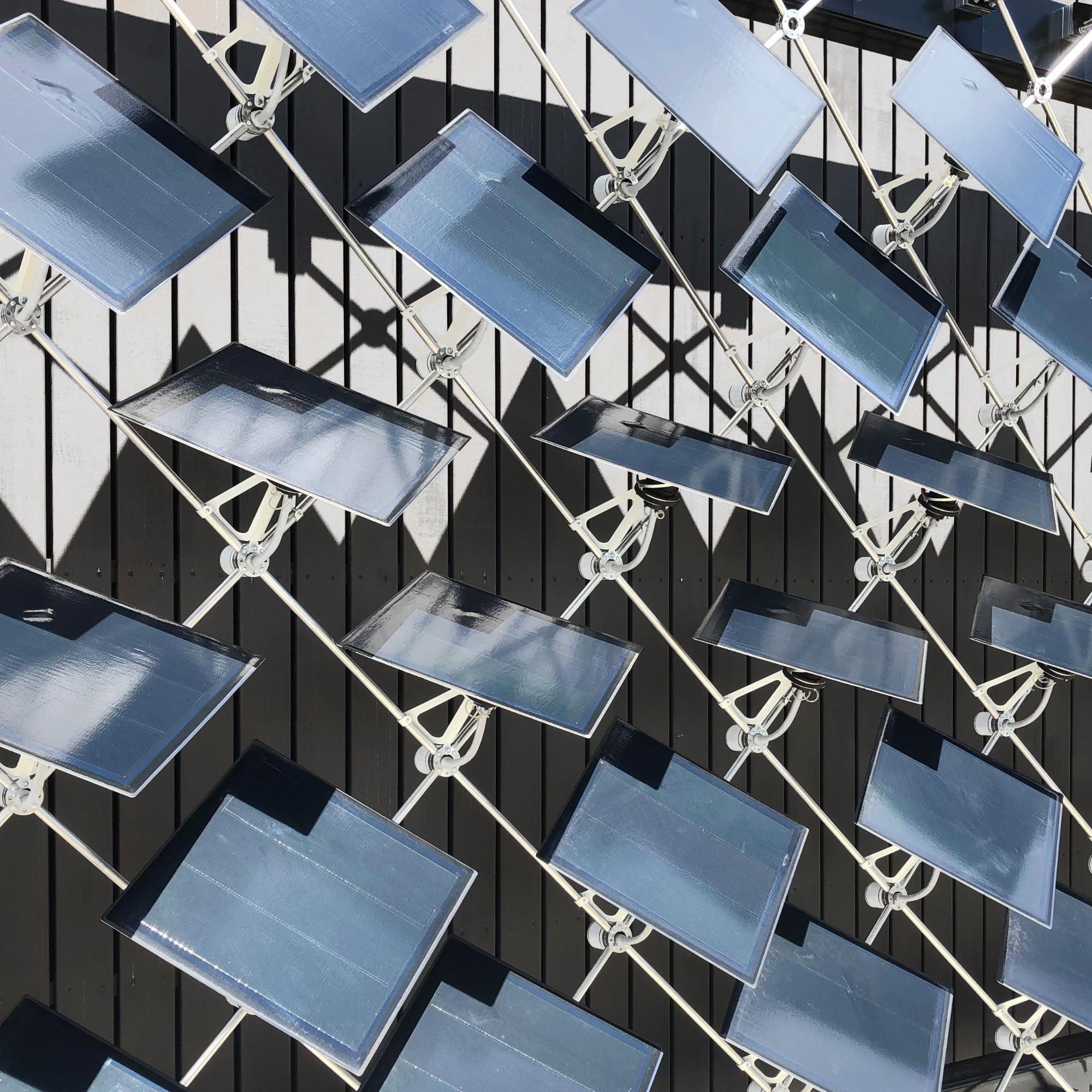 Im Vergleich zu statischen Fassaden-Paneelen erzeugen jene der Solarfassade rund 50 Prozent mehr Energie.