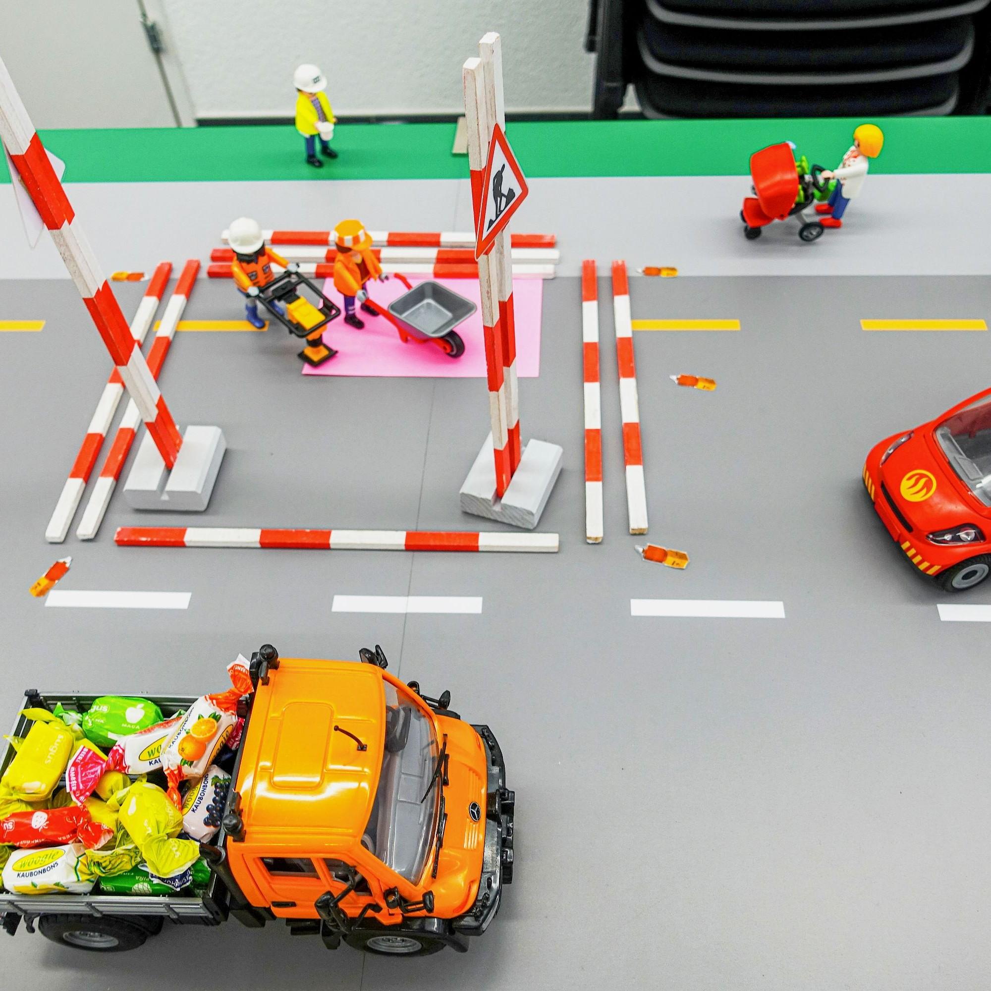 Üben mit Playmobil: Eine Normalbaustelle muss zu Beginn und Ende mit Baustellentafeln gekennzeichnet sowie mit Absperrlatten gesichert sein.