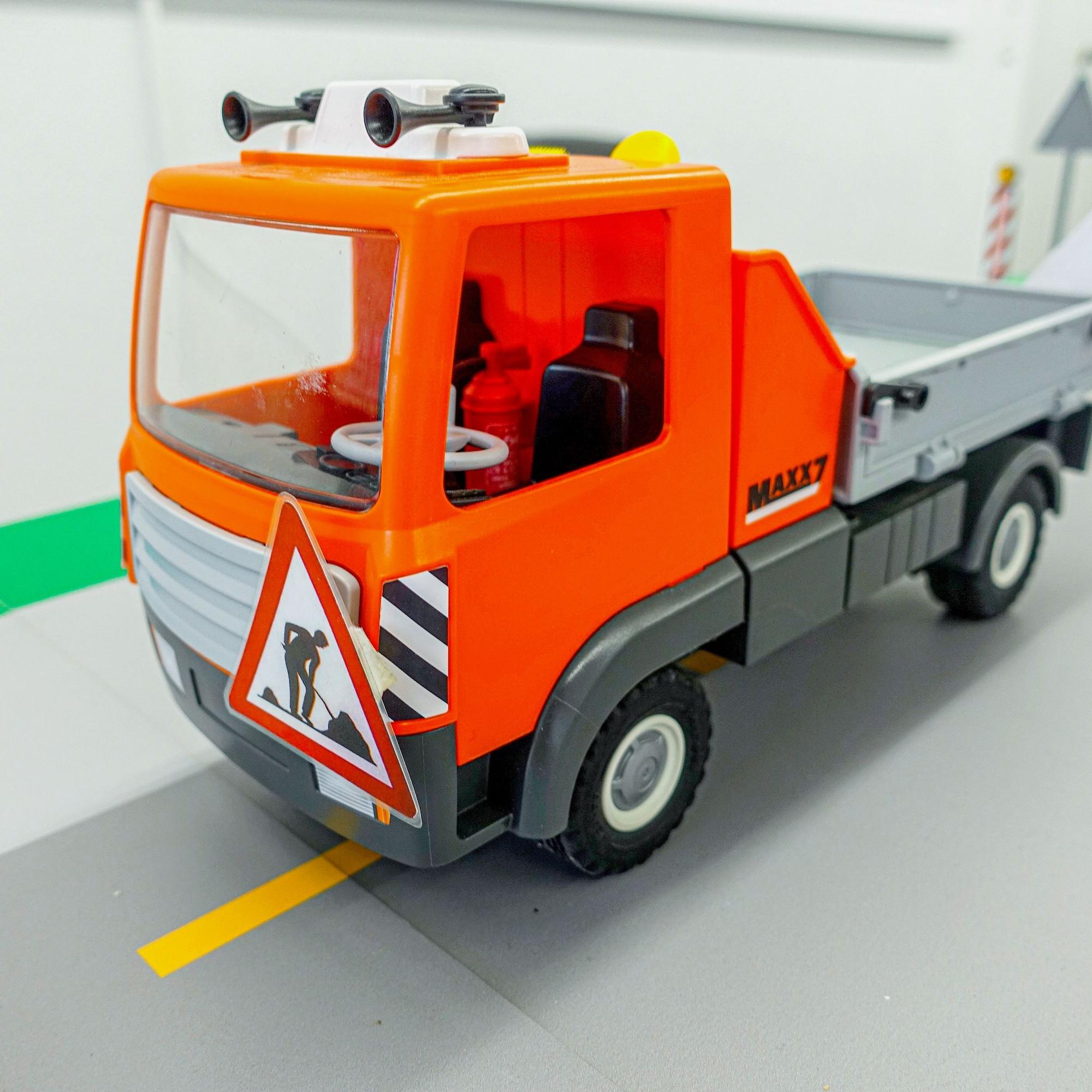 Fahrende Baustellen (rechtes Modell) sind mit einem Vorsignal anzukündigen, die Fahrzeuge vorne und hinten zu kennzeichnen.