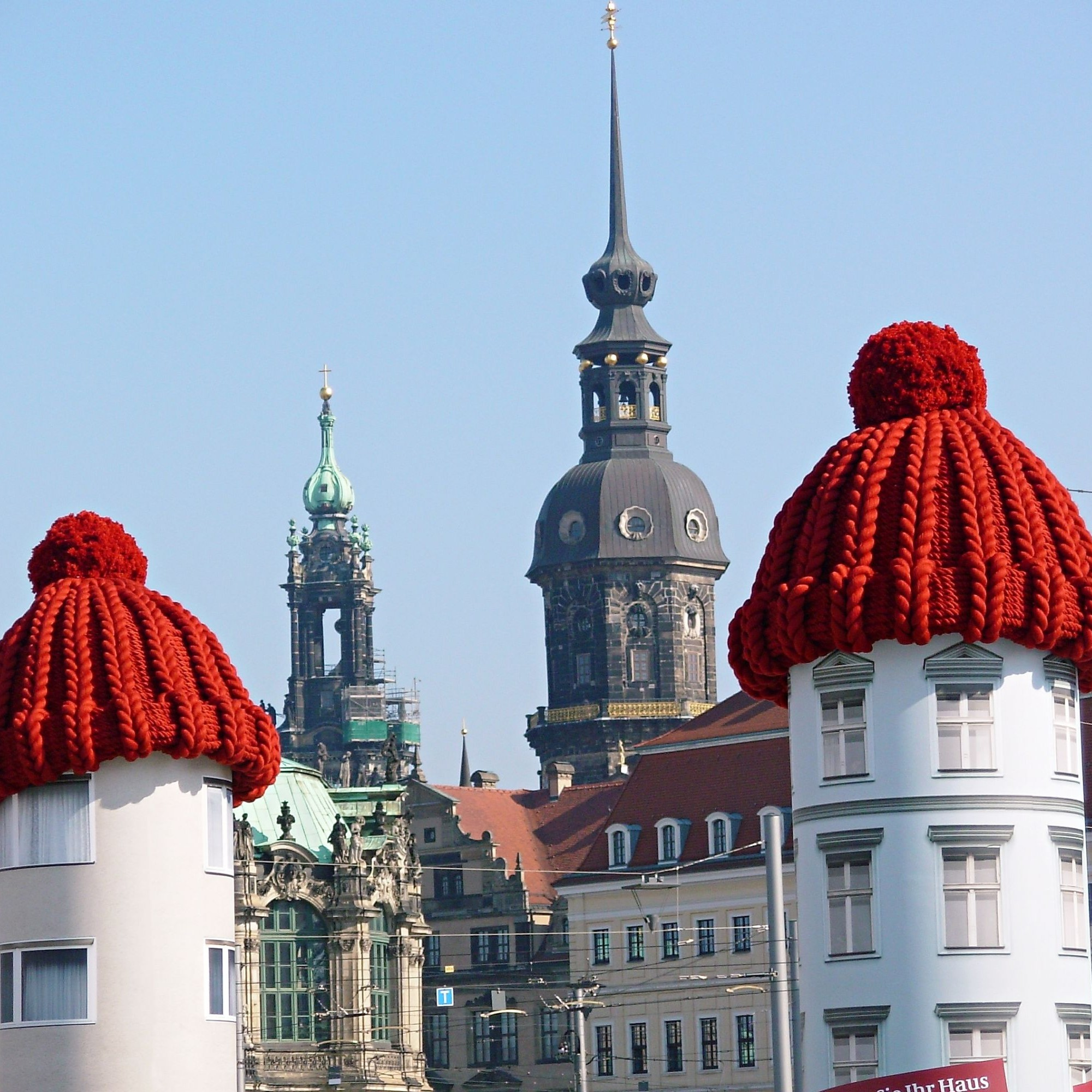 Plakatsäulenaktion auf dem Postplatz in Dresden, die zu erhöhten Investitionen in die Dämmung motivieren sollte.