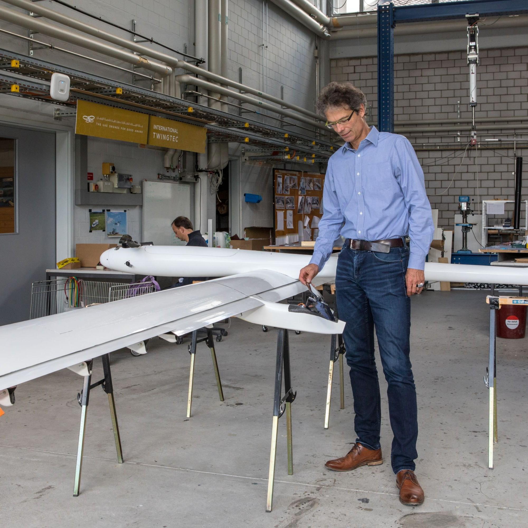 Rolf Luchsinger, CEO von TwingTec, neben Prototyp T 29, der erstmals Strom ins Netz speisen soll.