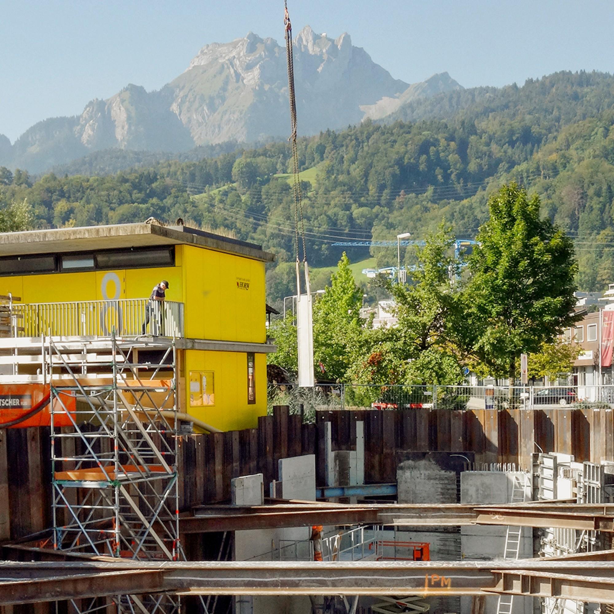 Von der Baugrube in Horw aus sieht man nicht nur den See, sondern auch den Luzerner Hausberg Pilatus.