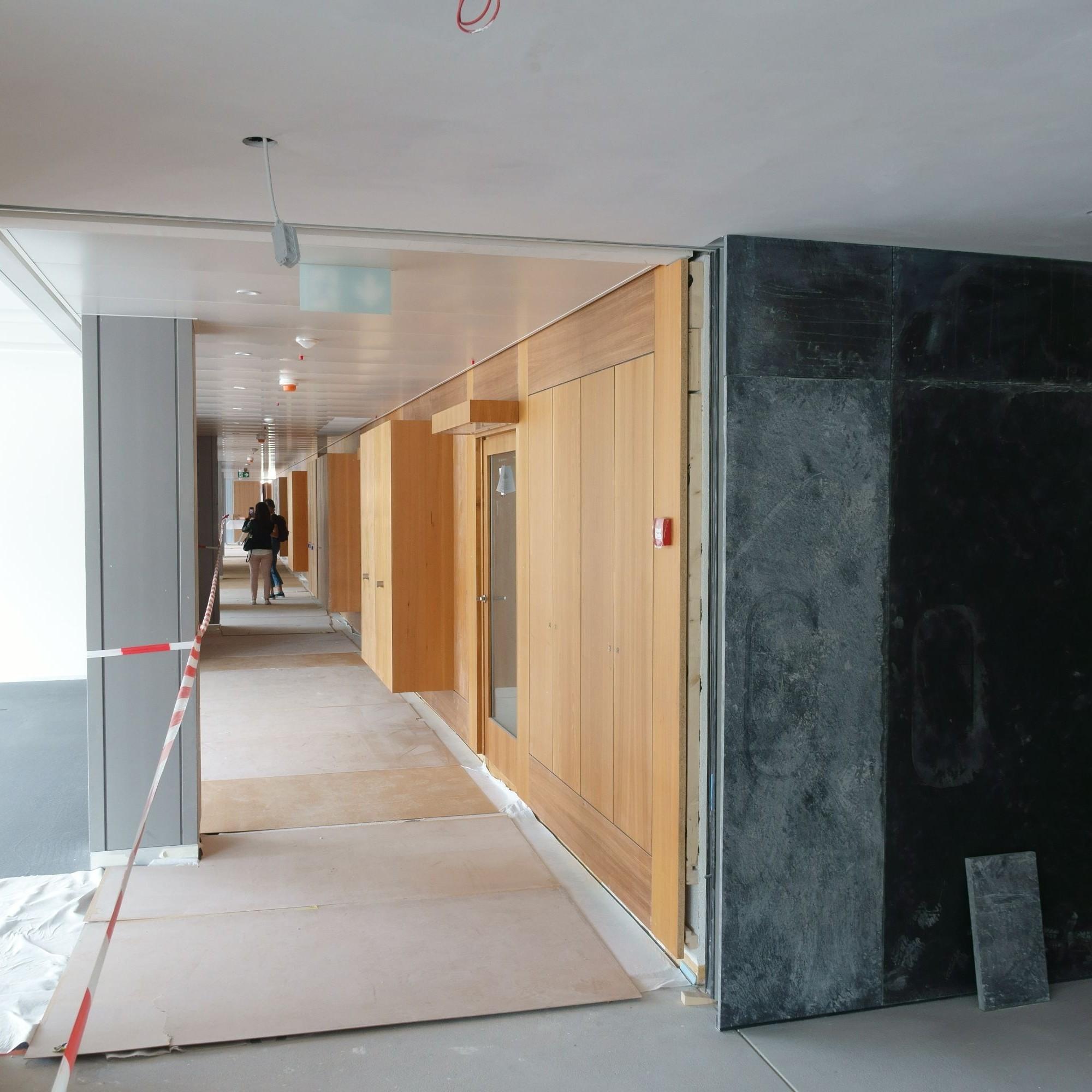 Für die Bearbeitung der bestehenden Holz- und Schieferoberflächen richteten die Architekten im Keller für die zuständigen Unternehmen eine Werkstattzone ein. Dies sparte Zeit und CO2 für unnötige Transporte.