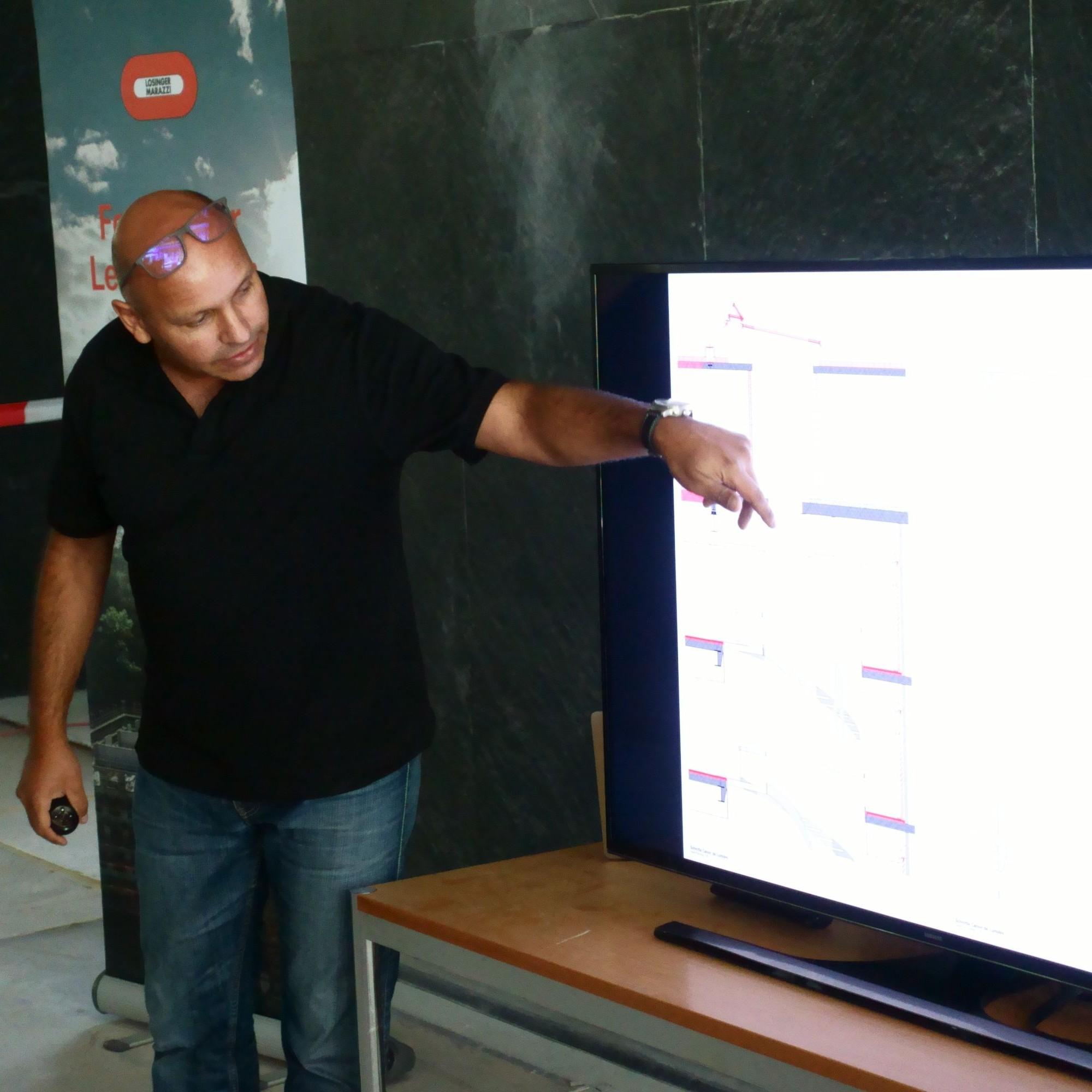 Yassir Osman, Partner bei Moka Architekten, erklärt am Bildschirm den Schnitt durch die Wendeltreppe.