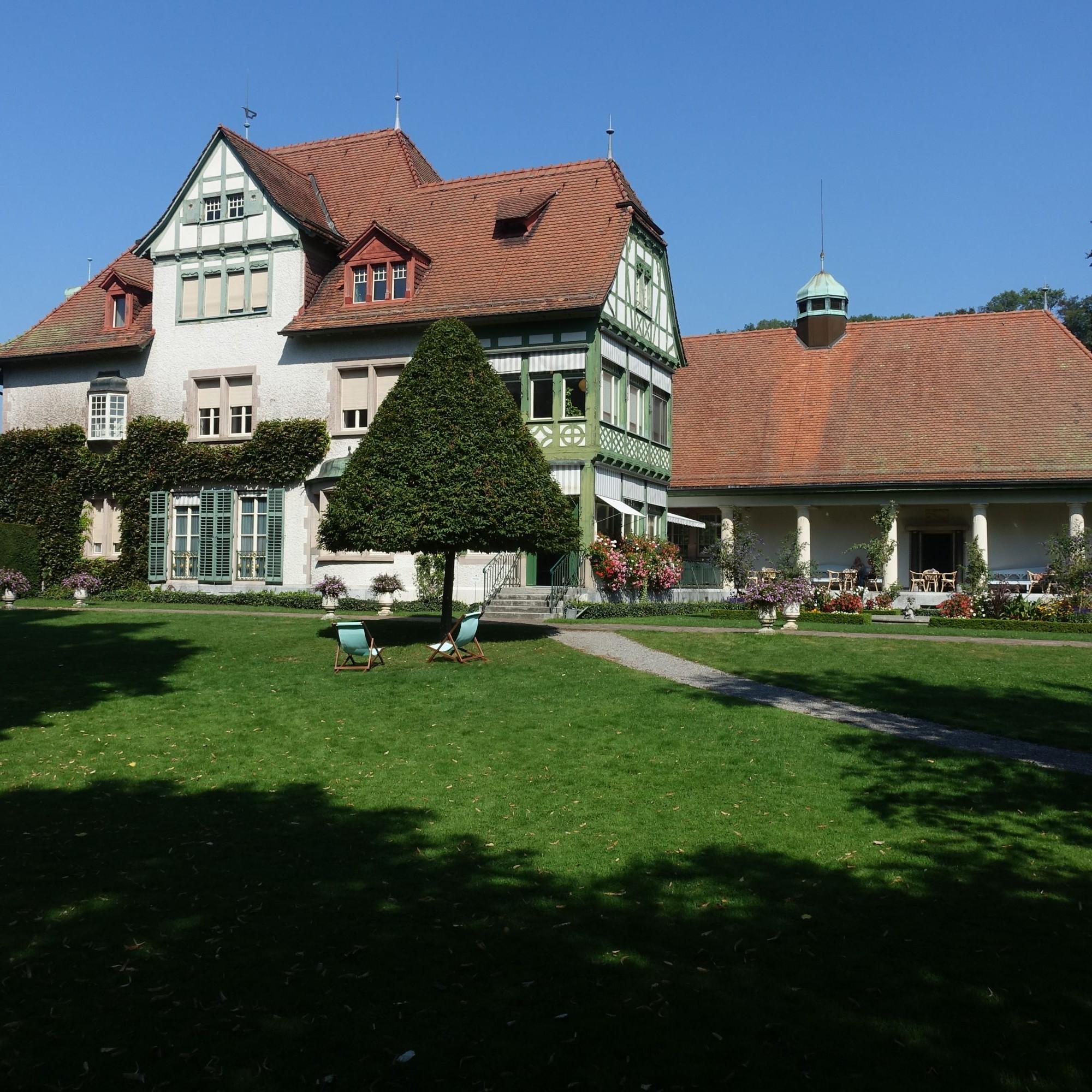 Die Villa Langmatt mit ihrem später angefügten Galerieflügel steht in einem schönen Garten direkt über der Limmat.