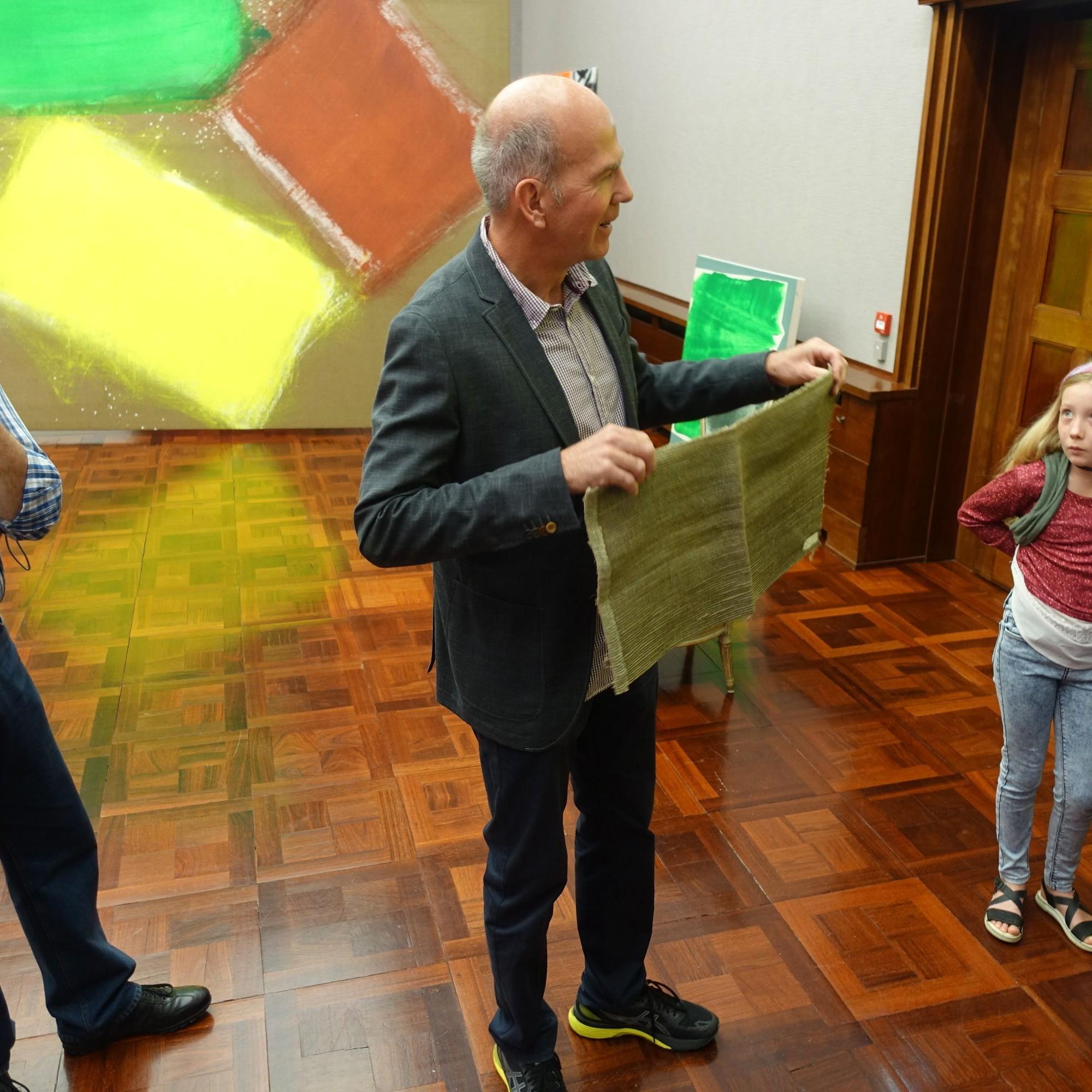 Markus Stegmann, Direktor des Museums Langmatt, präsentiert ein «Farbfundstück». Dieses Fragment der ursprünglichen Wandbespannung des Galerietrakts führte zur aktuellen, mit der Denkmalpflege erarbeiteten Lösung.