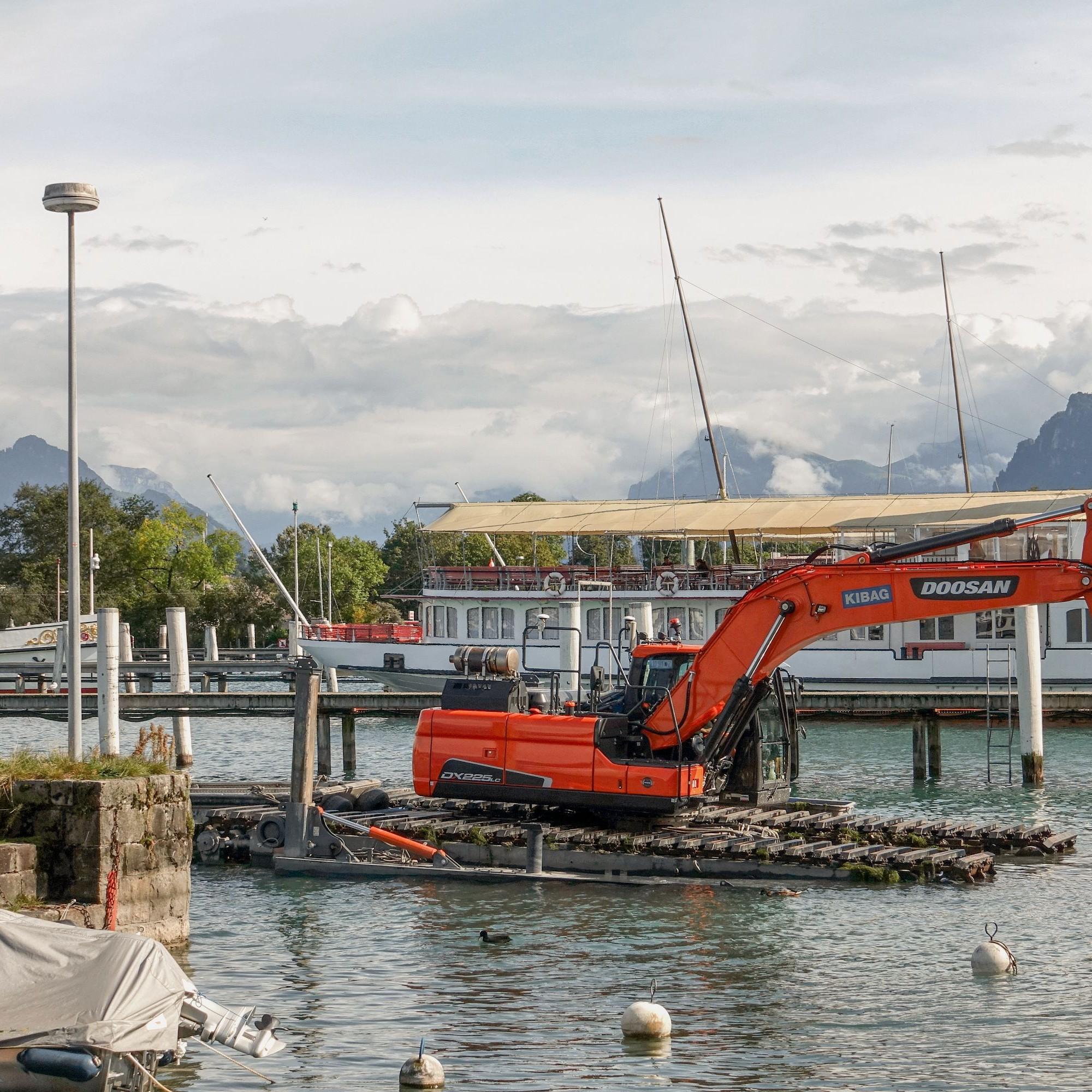 Putzaktion im Vierwaldstättersee: Im SGV-Hafen werden abgelagerte Sedimente abgetragen, um die Fahrrinne für Passagierschiffe wieder frei zu machen.