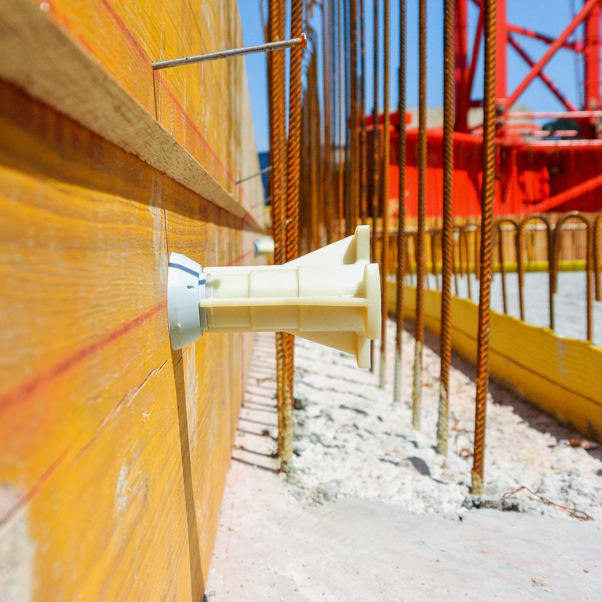 Die «UNI»-Betonhülse wird mit dem Montagekonus vorgängig an die Schalung genagelt und einbetoniert. Die beeindruckende Gebrauchslast in unarmiertem Beton beträgt 35 kN. Dank der Montageplatte und der Verlängerungshülse erhöht sich die Gebrauchslast der «U