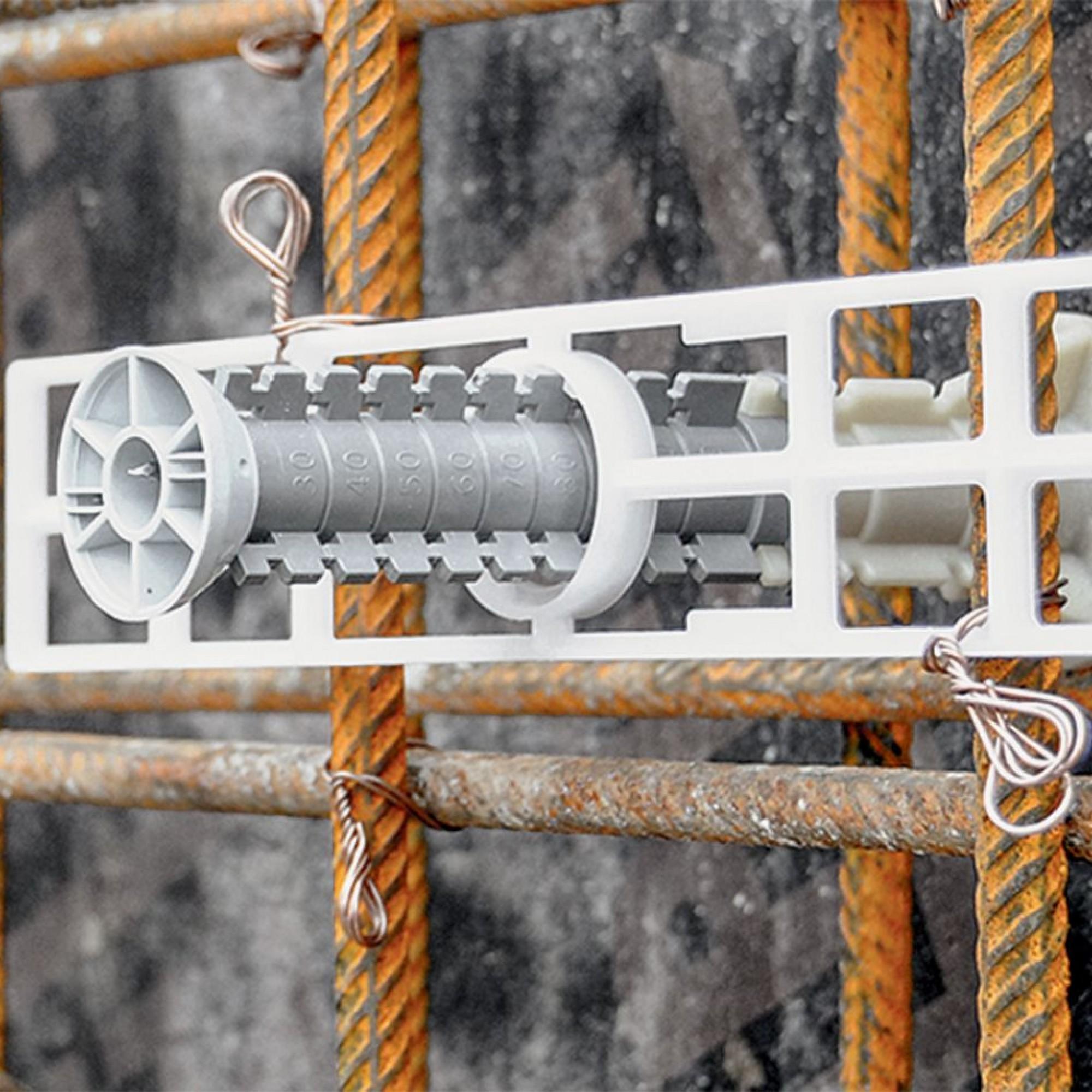 Dank der Montageplatte eignet sie sich neu auch für Metall- oder Innenschalungen, da sie so vor dem Zuschalen an der Armierung befestigt werden kann. Somit wird der Konus gegen die Schalhaut gepresst.