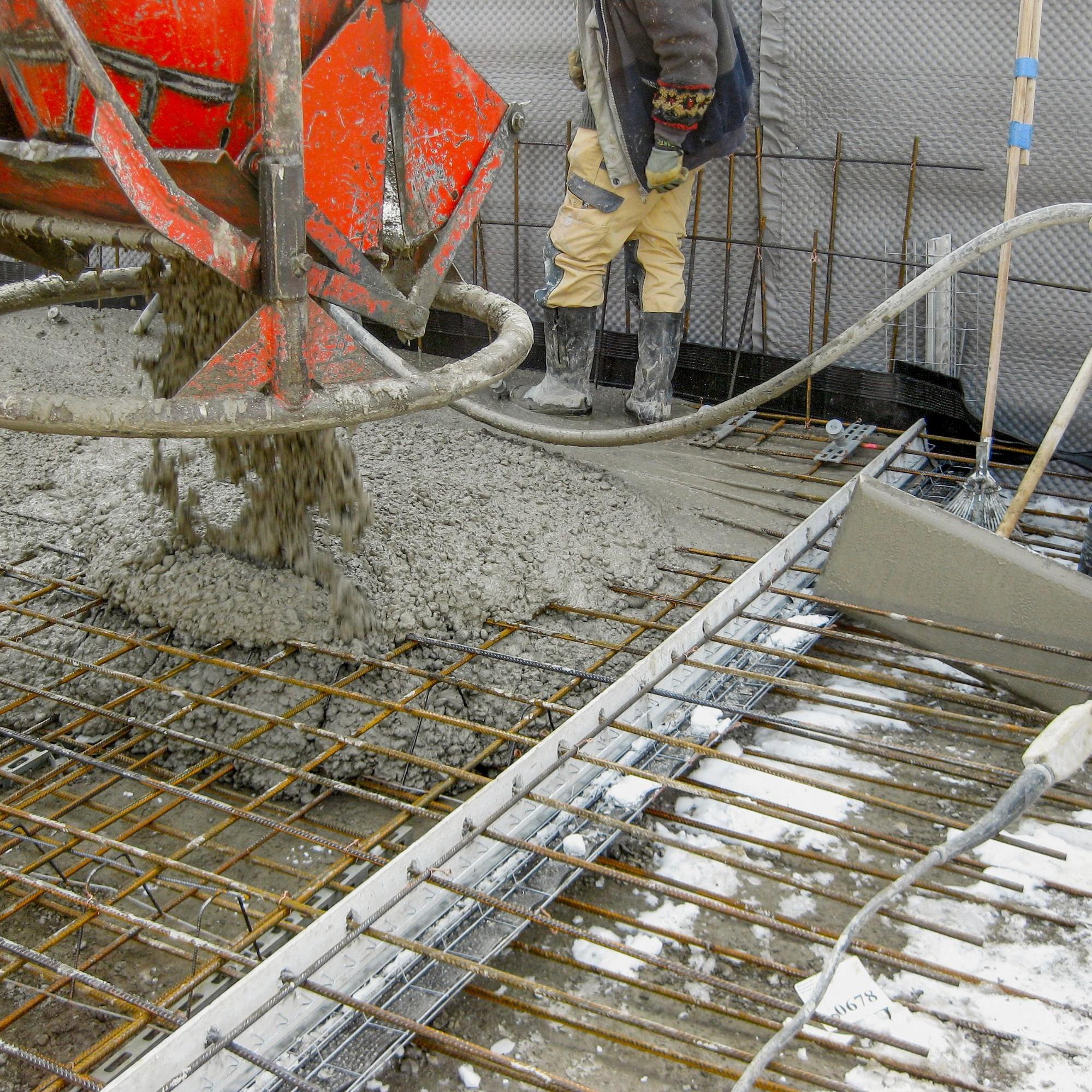 Das «V-Max Board WD» hält bei wasserdichten Bauwerken das Fugenband horizontal, damit der Beton darunter perfekt verdichten kann und undichte Lufteinschlüsse verhindert werden.
