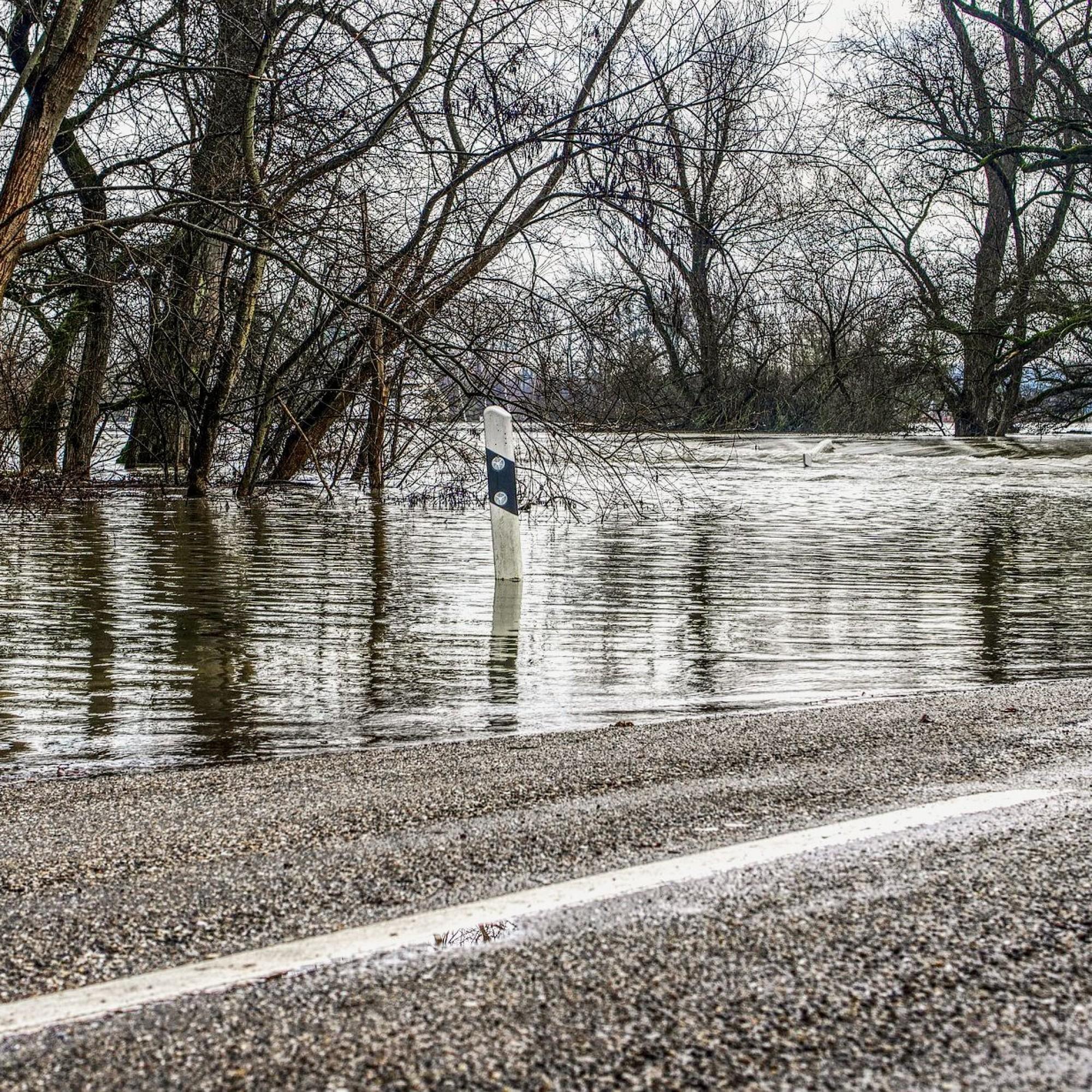 Überschwemmungen wegen Starkregenereignissen werden auch in der Schweiz zunehmen und vor allem Nebenstrassen betreffen.