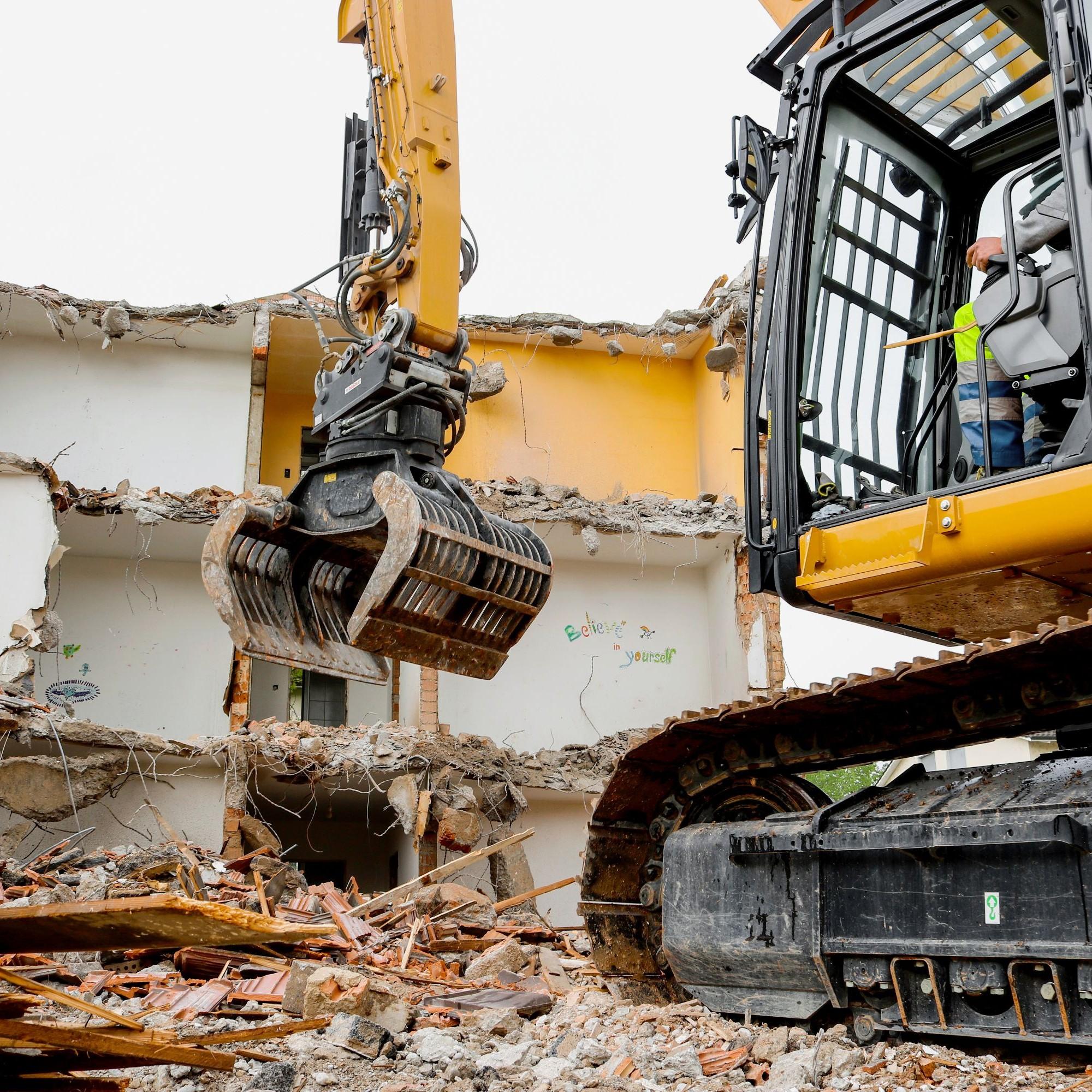 Mit dem überlangen Ausleger war der Rückbau des dreistöckigen Gebäudes innerhalb weniger Wochen möglich.