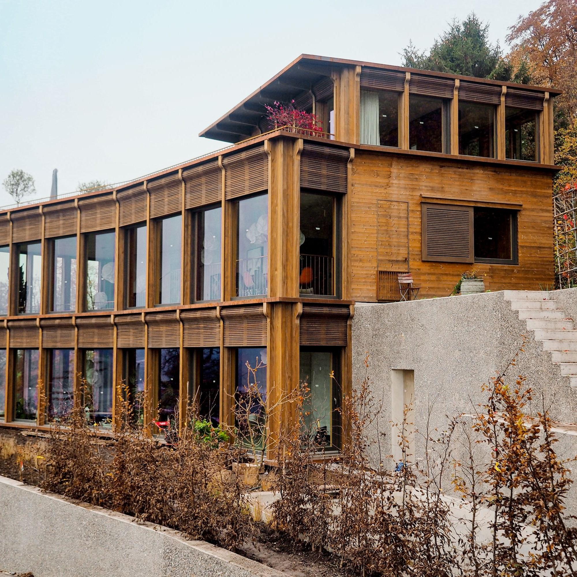 Bei einem Einfamilienhaus in Meilen ZH wurden die schlanken Bauwände aus Fertigholzelementen und die Vakuumglas-Fenster erstmals in einer Nullserie verbaut.