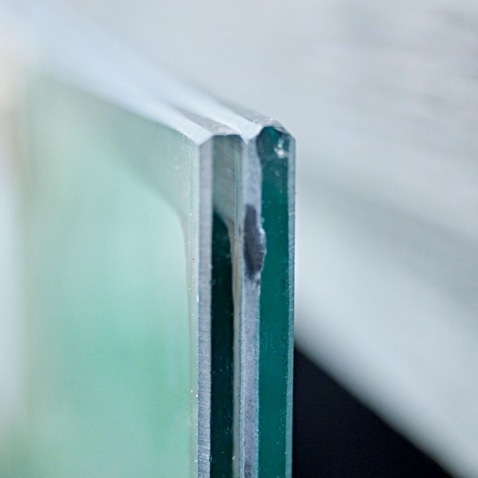 Das Vakuumglas ist 12,5 Millimetern schmal, der luftleere Zwischenraum misst nur 0,5 Millimeter.