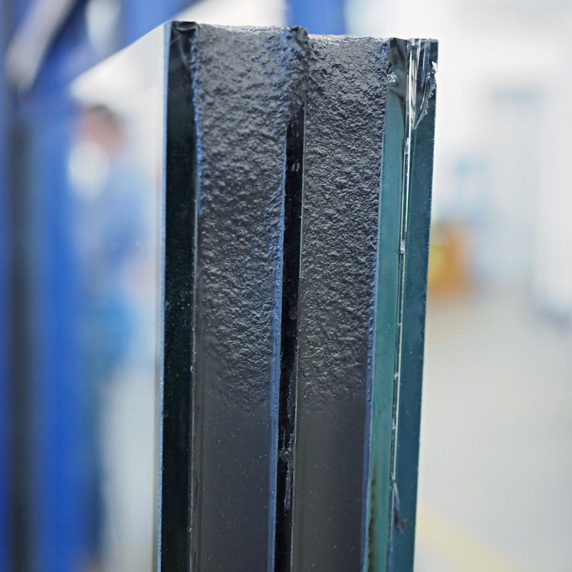 Labortests ergaben einen Wärmedurchgangskoeffizienten (U-Wert) von 0,46 bis maximal 0,62W/m2 K. Im Vergleich dazu weist handelsübliches Dreifachisolierglas eine Elementstärke von 35 bis 50 Millimetern auf.