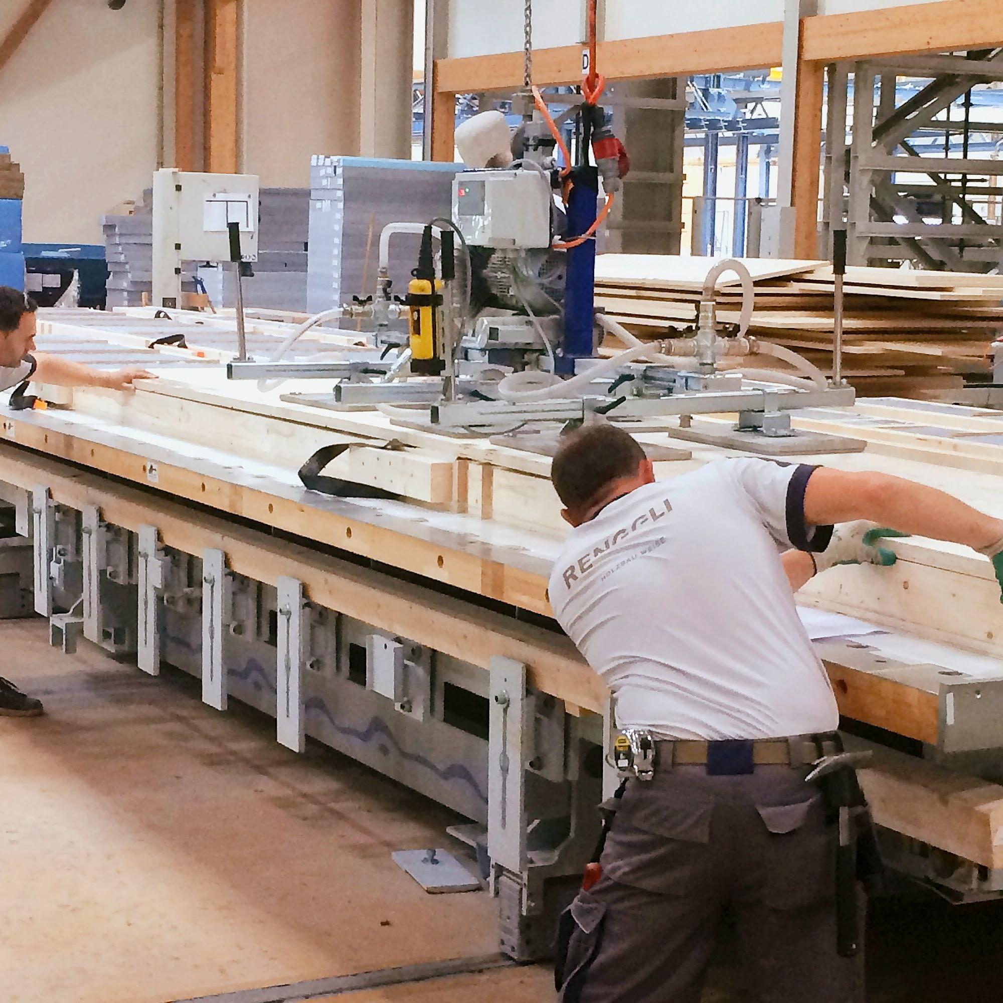 Mitarbeiter der Renggli AG setzen Leichtbauwände im Schötzer Werk zusammen. Die ultradünnen Wandelemente sind nur halb so dick wie herkömmliche Wände bei mindestens gleich guter Isolation.