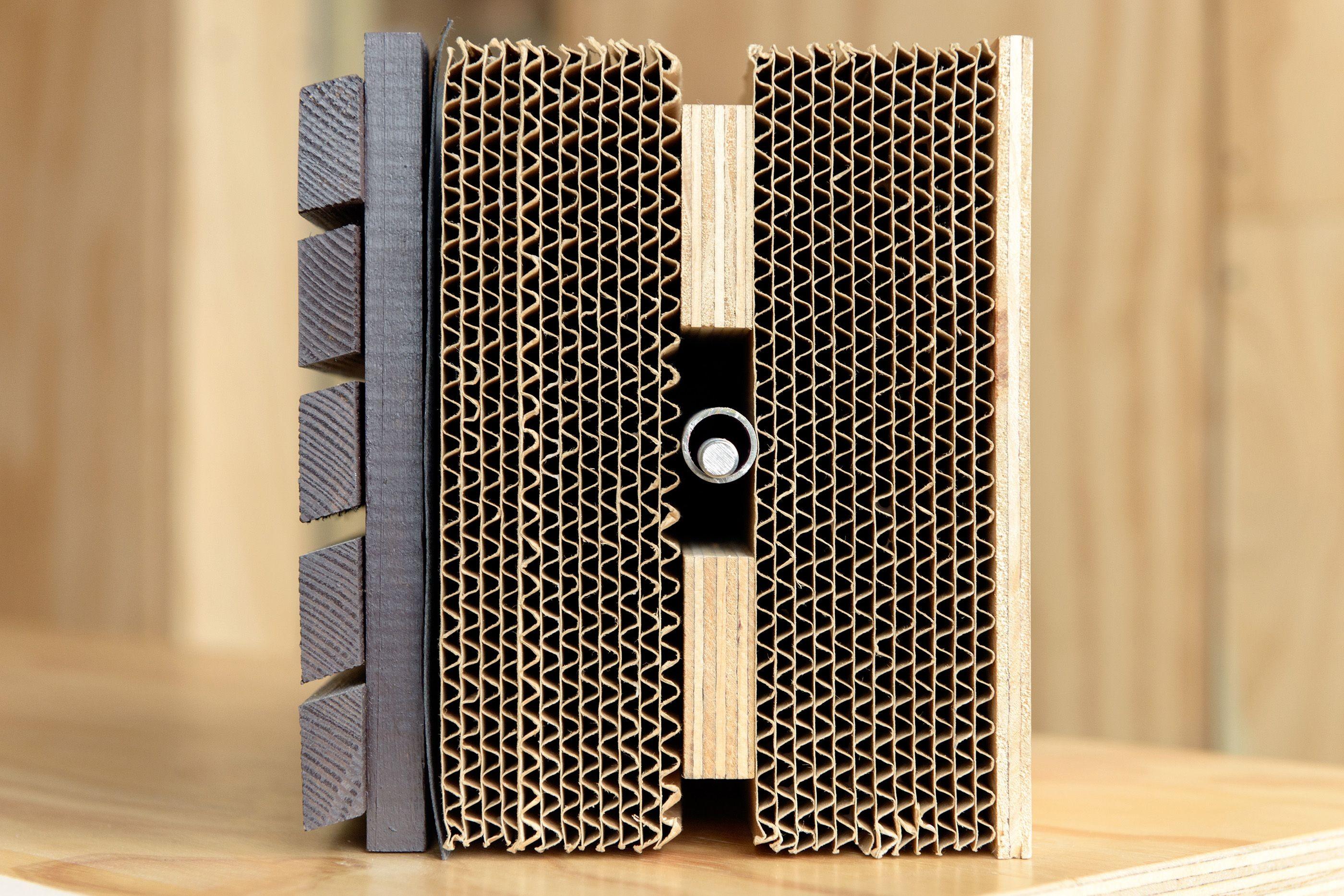 Querschnitt eines Segments (von rechts nach links): Holzverkleidung im Innenbereich, 12 Schichten Karton, Sperrholz, weitere 12 Schichten Karton, die wasserdichte Kunststofffolie und zu guter Letzt die Fassade aus gebeiztem Kiefernholz.