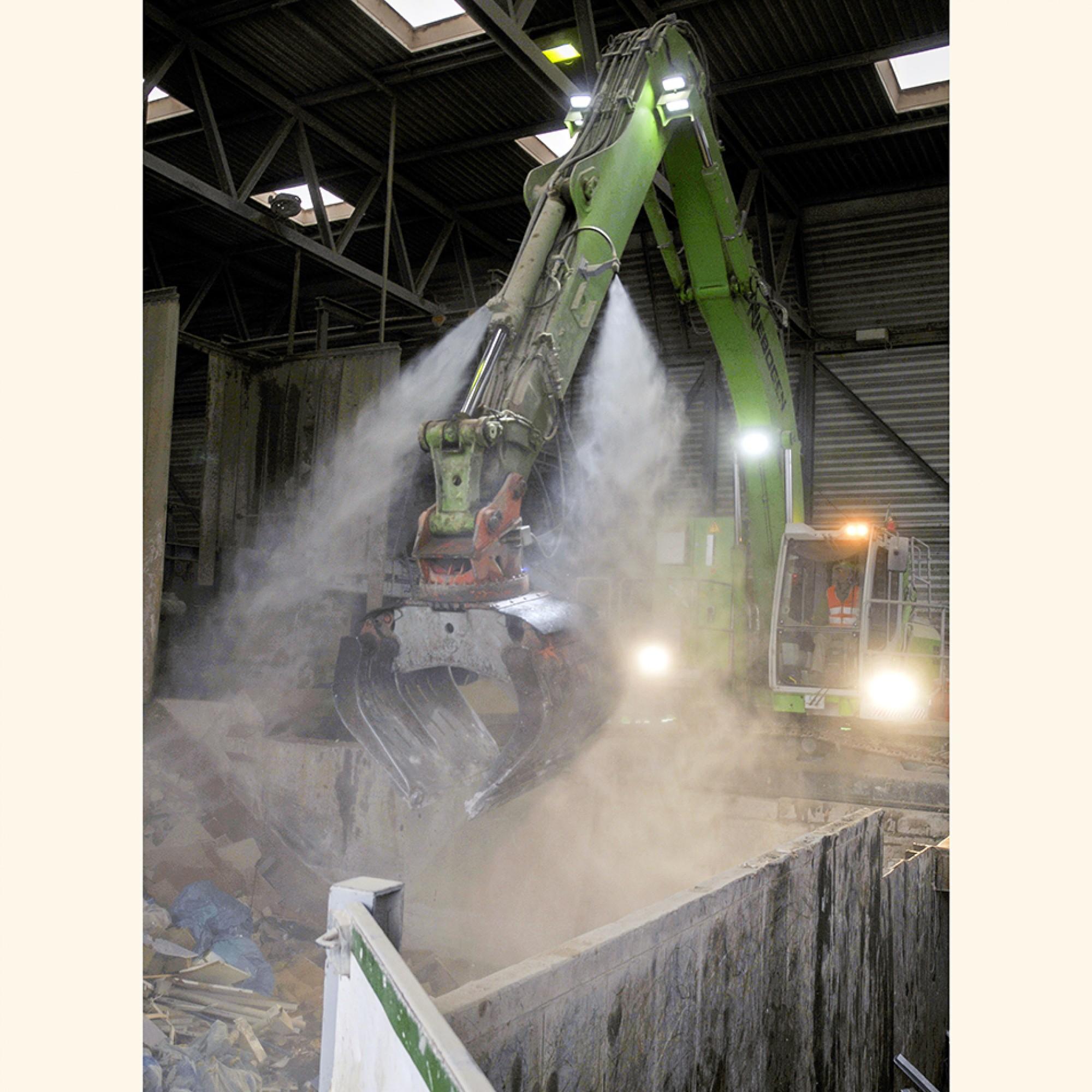 Der Sennebogen-Elektrobagger verfügt über zwei Wasserdüsen. Wenn zuviel Staub entsteht, wird dieser gebunden, um die Mitarbeitenden und die Umgebung zu schützen.