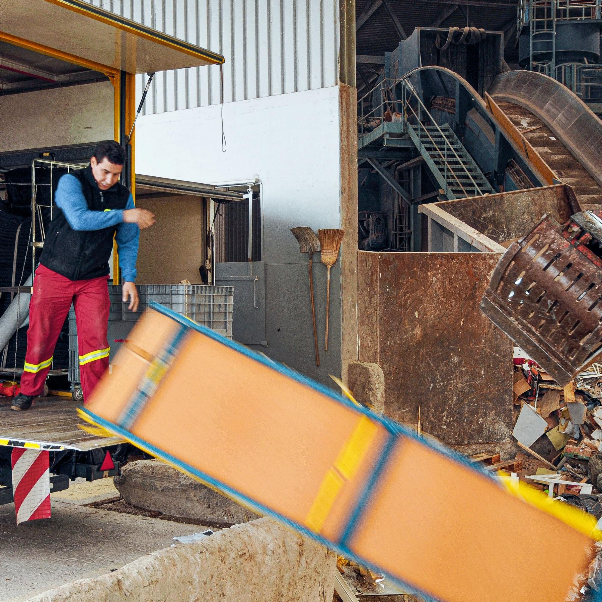 Mit Schwung in die Grube: 170'000 Tonnen Abfälle werden in der Anlage sortiert und wiederverwertet oder entsorgt.