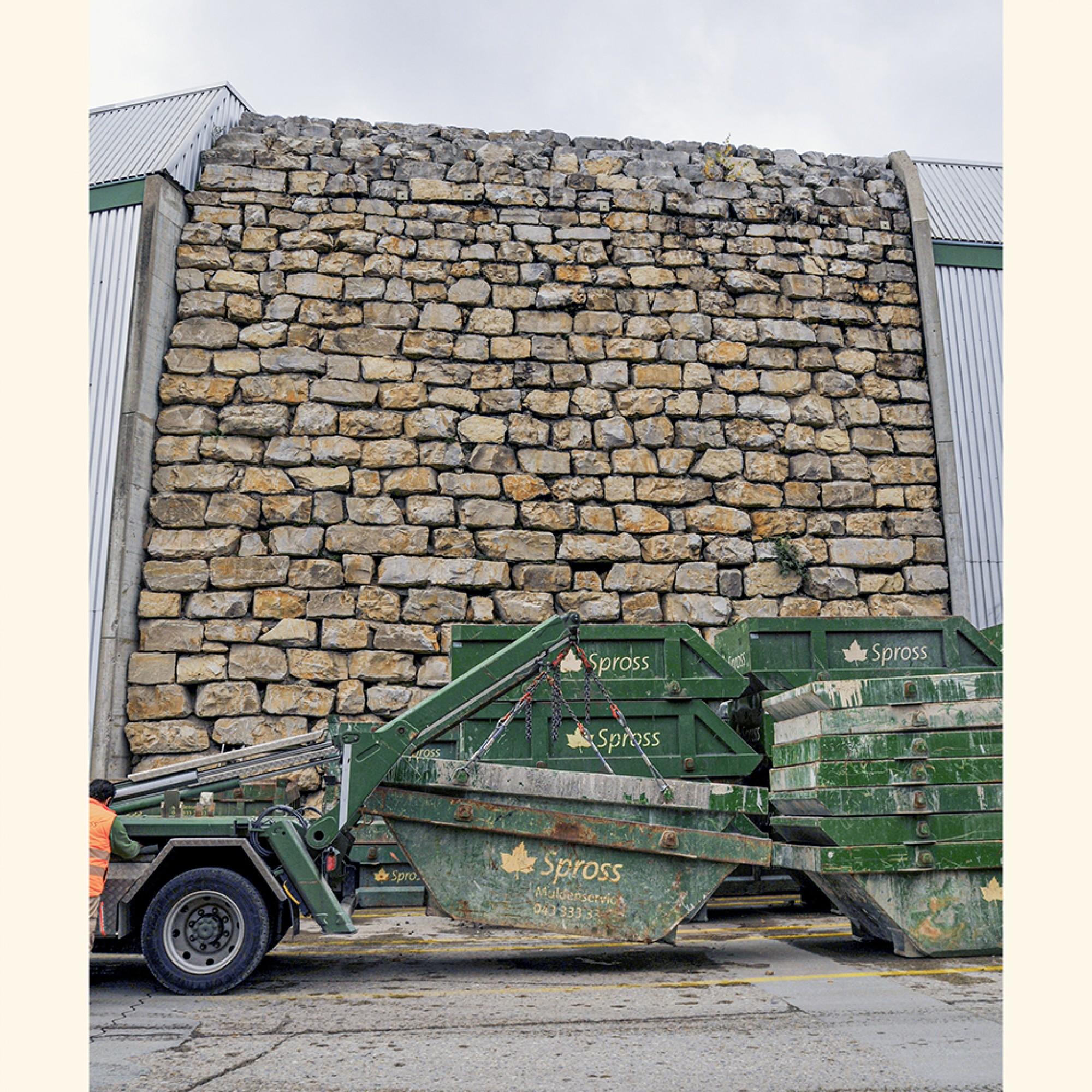 Wahrzeichen und ökologische Nische: Die Eidechsenmauer stammt aus dem Jahr 1991, als die allererste Anlage auf dem Areal errichtet wurde.