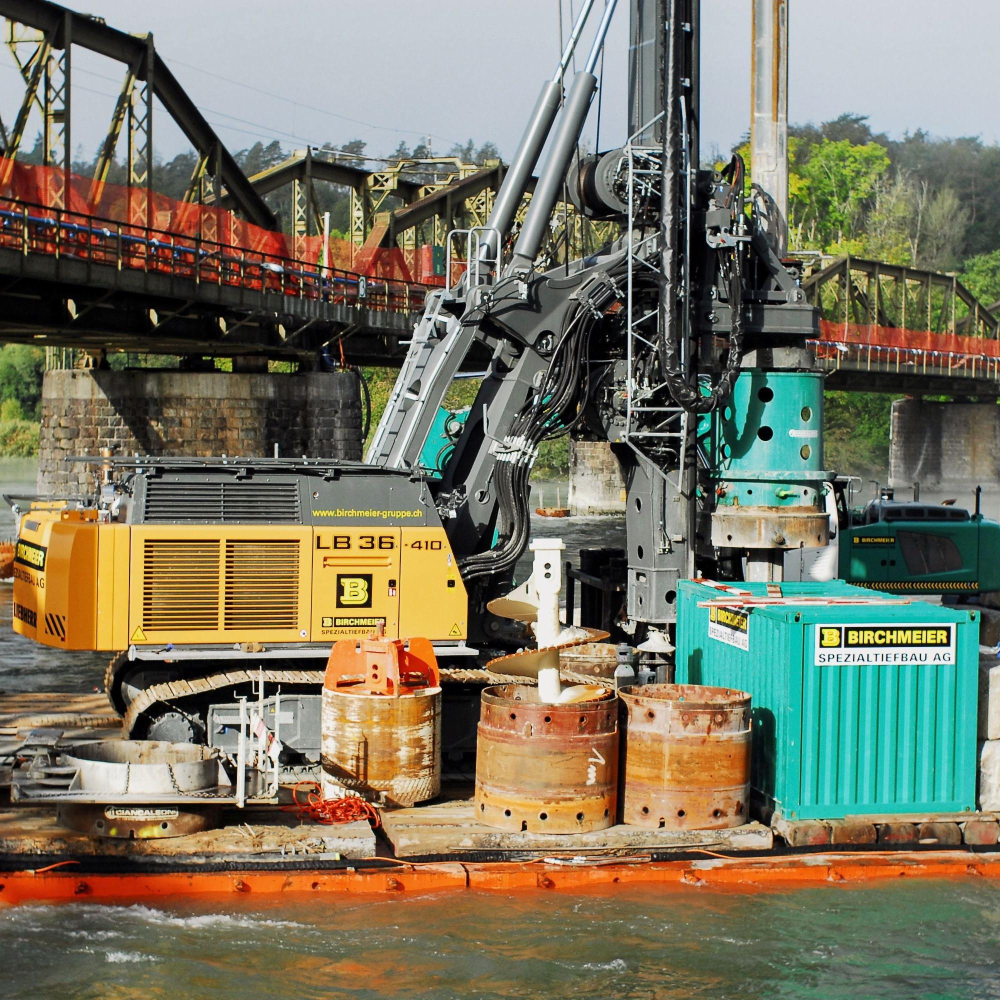 Die 120 Tonnen schwere Bohrmaschine steht auf dem grössten der vier Pontons.