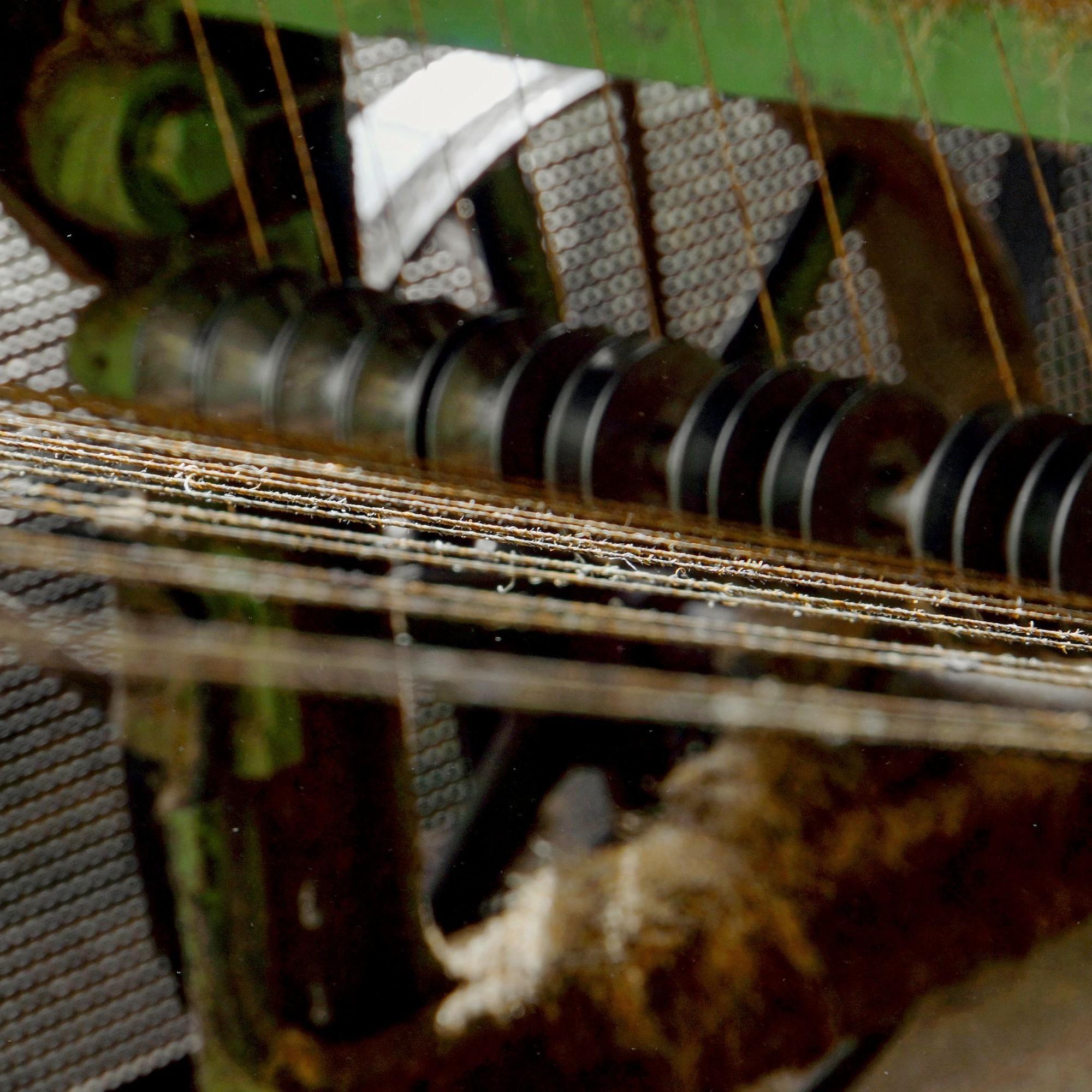 Durch mehrfaches Verziehen und Kämmen wird die Faser gestreckt.