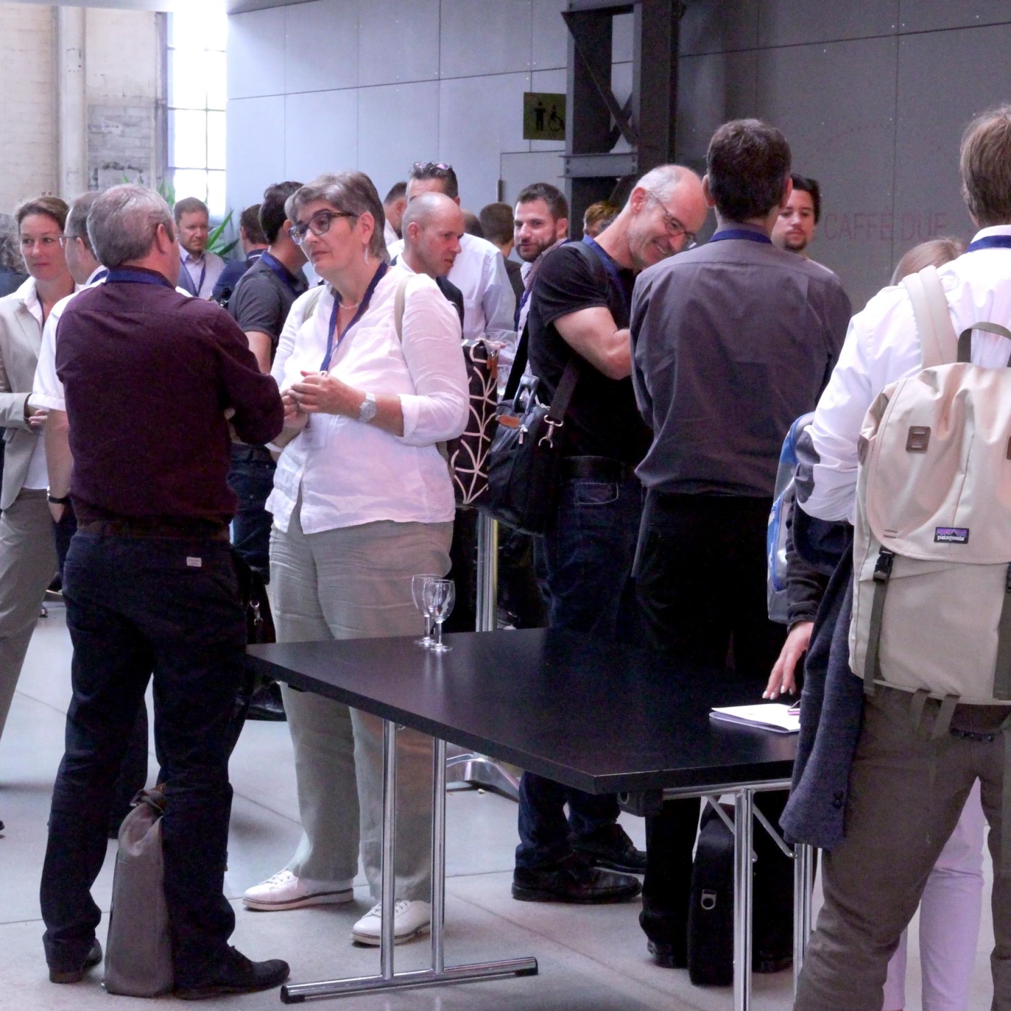 Zwischen Referaten und Fachsessionen gönnen sich die Teilnehmer einen Kaffee und nutzen die Gelegenheit für Austausch und Networking.