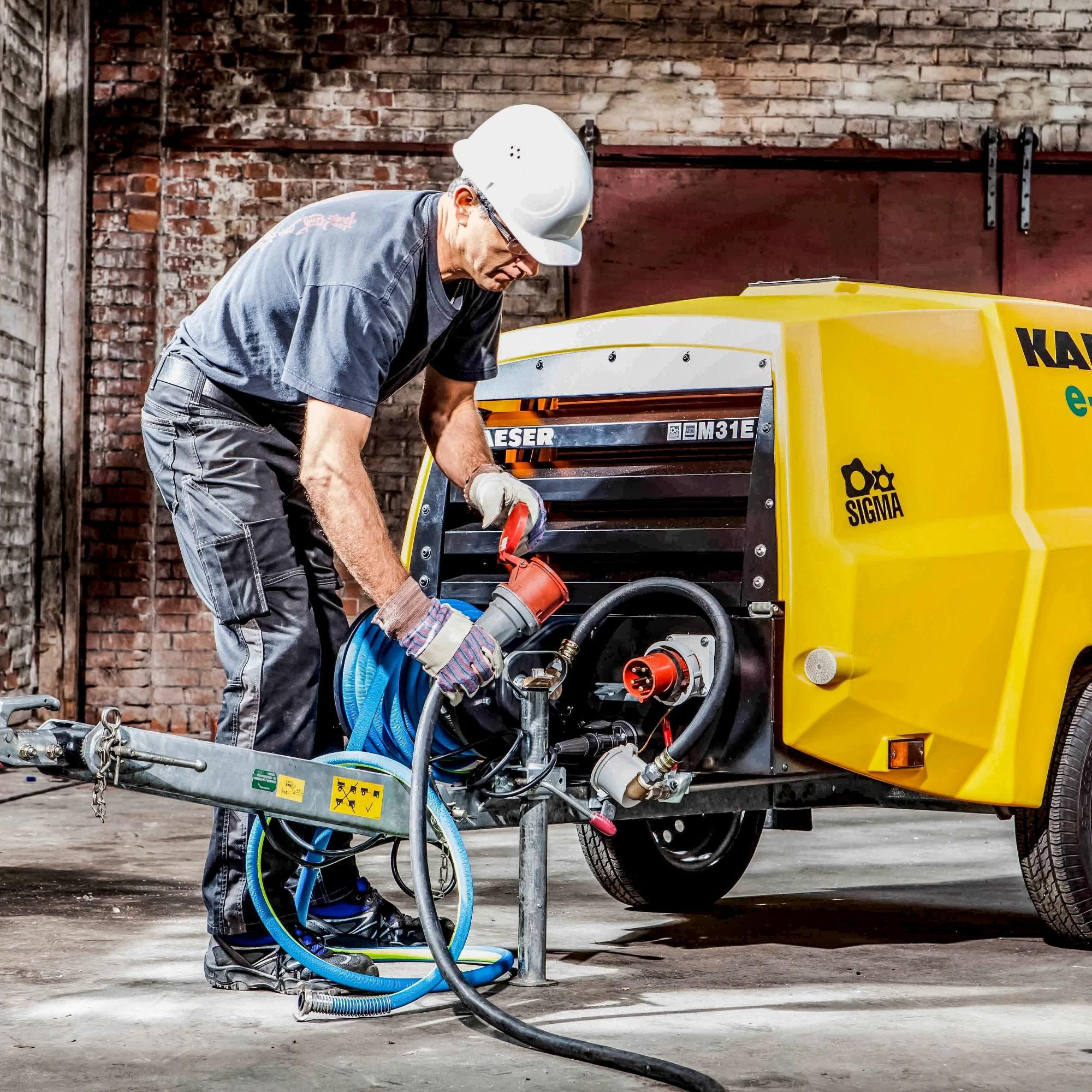 Mit elektrischen Baumaschinen und -geräten lassen sich mittlerweile komplette Baustellen einrichten. Selbst Kompressoren wie der Kaeser M31E machen die Arbeit im Innenbereich möglich.