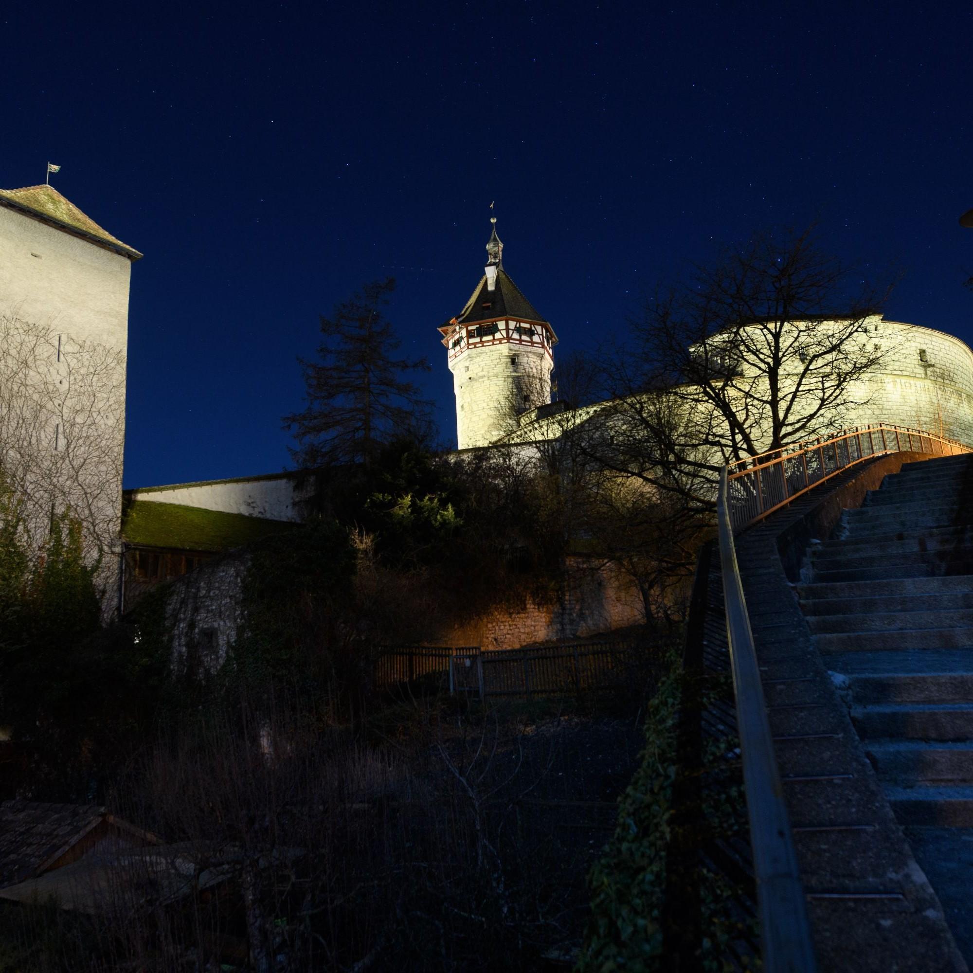 Der Rebhang unterhalb der Festungsanlage bleibt dank gezielter Beleuchtung im Dunkeln.