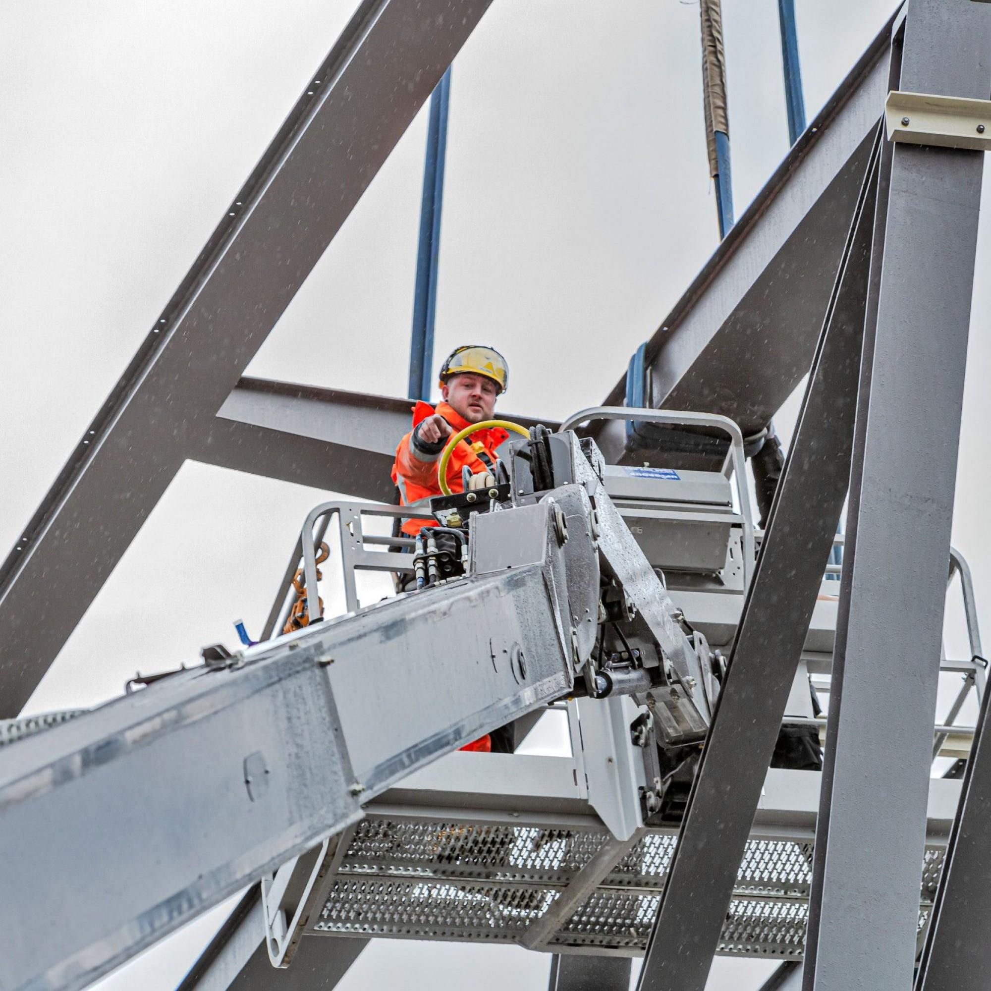 Montage der Wunderbrücke im Technorama-Park