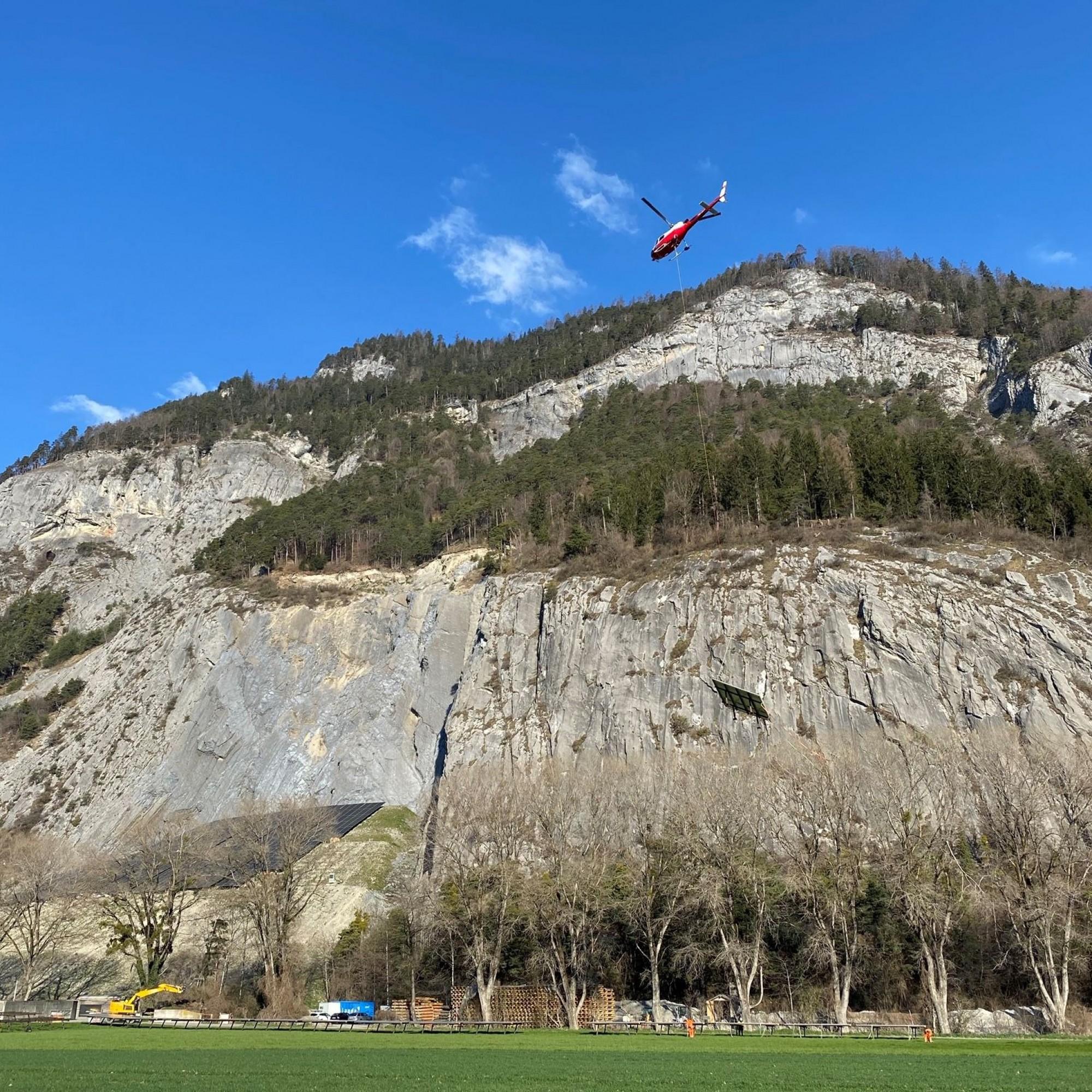 Helikopter transportiert PV-Modul zum Zielort.