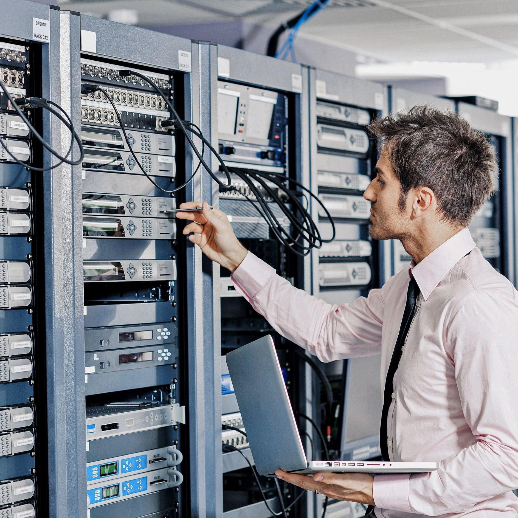 Wartungsarbeiten in einem Serverraum
