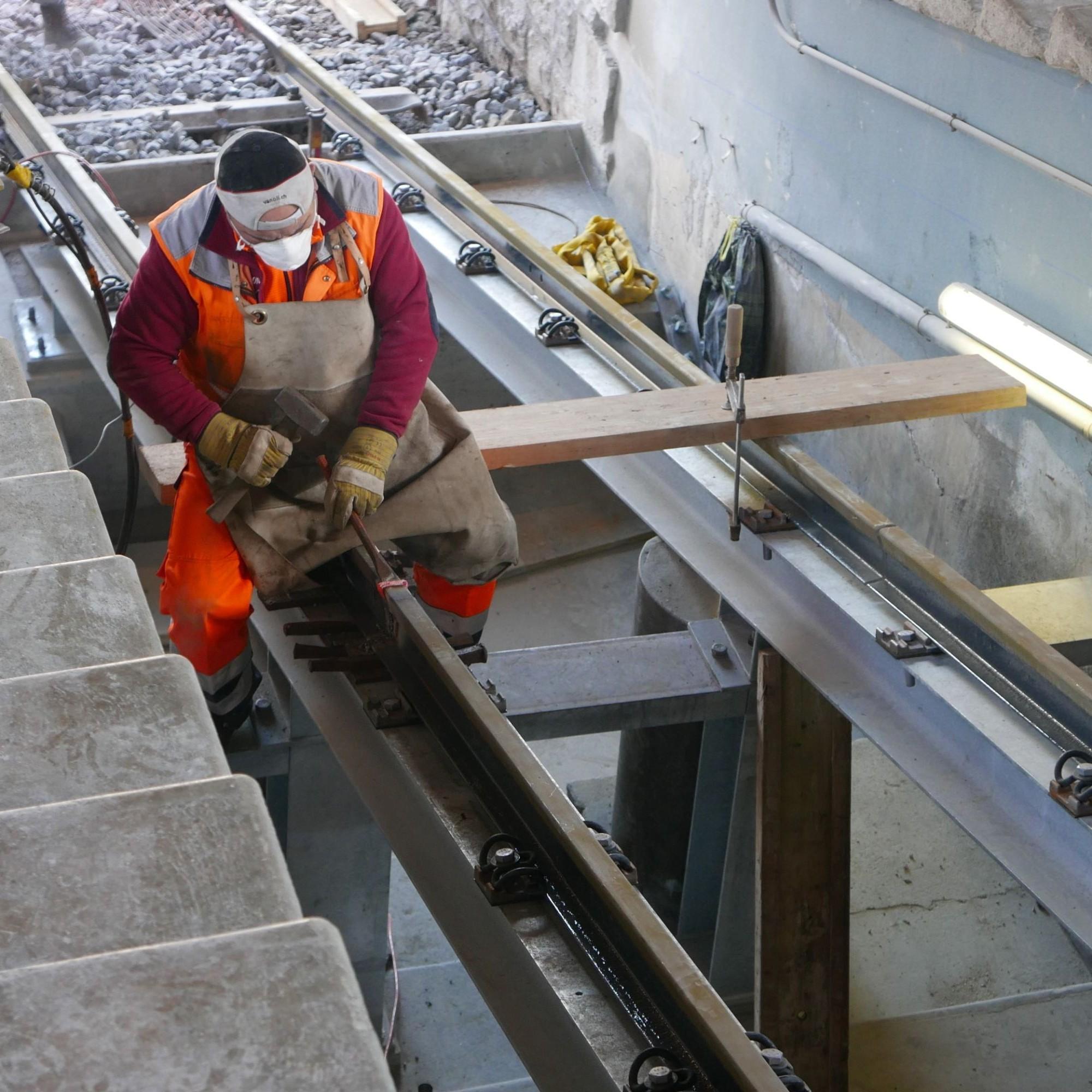 Bei der Bergstation werden Schweissarbeiten bei den Schienen vorgenommen.