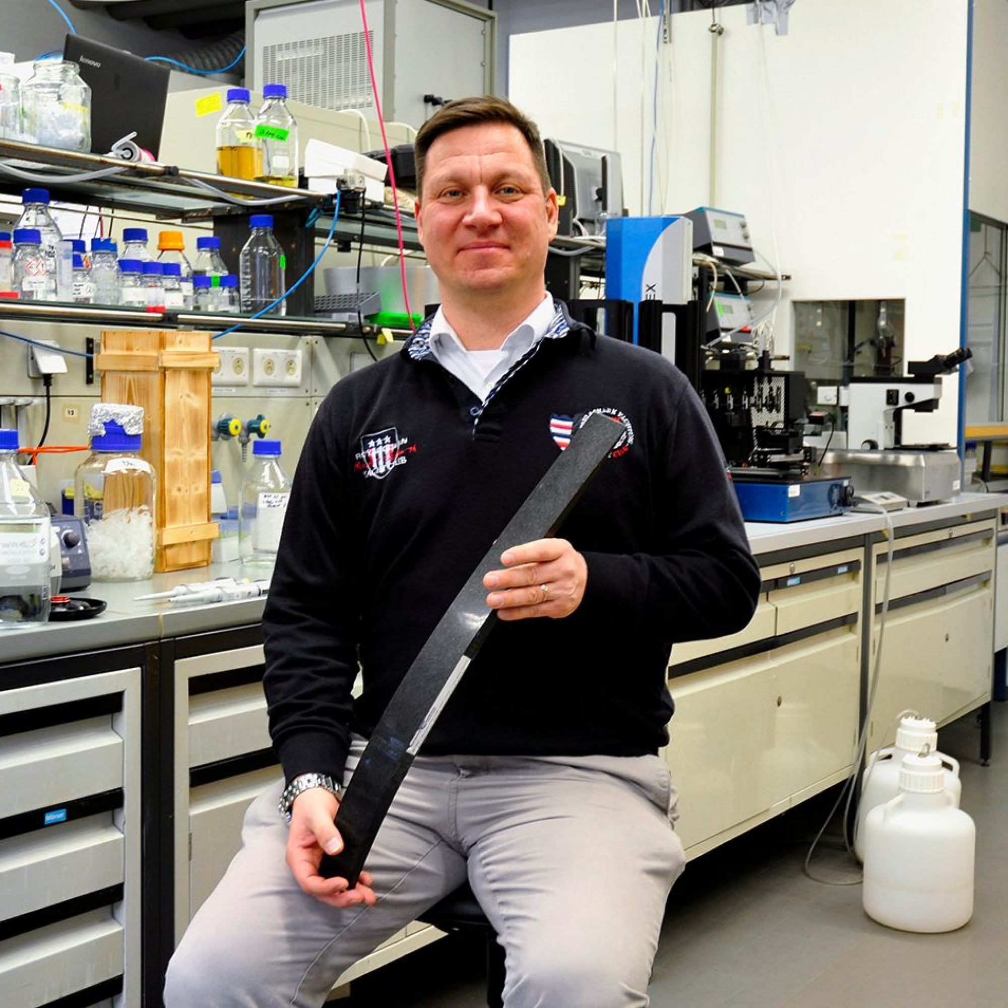 Thomas Brück mit einem Stück aus Carbonfaserkomposit