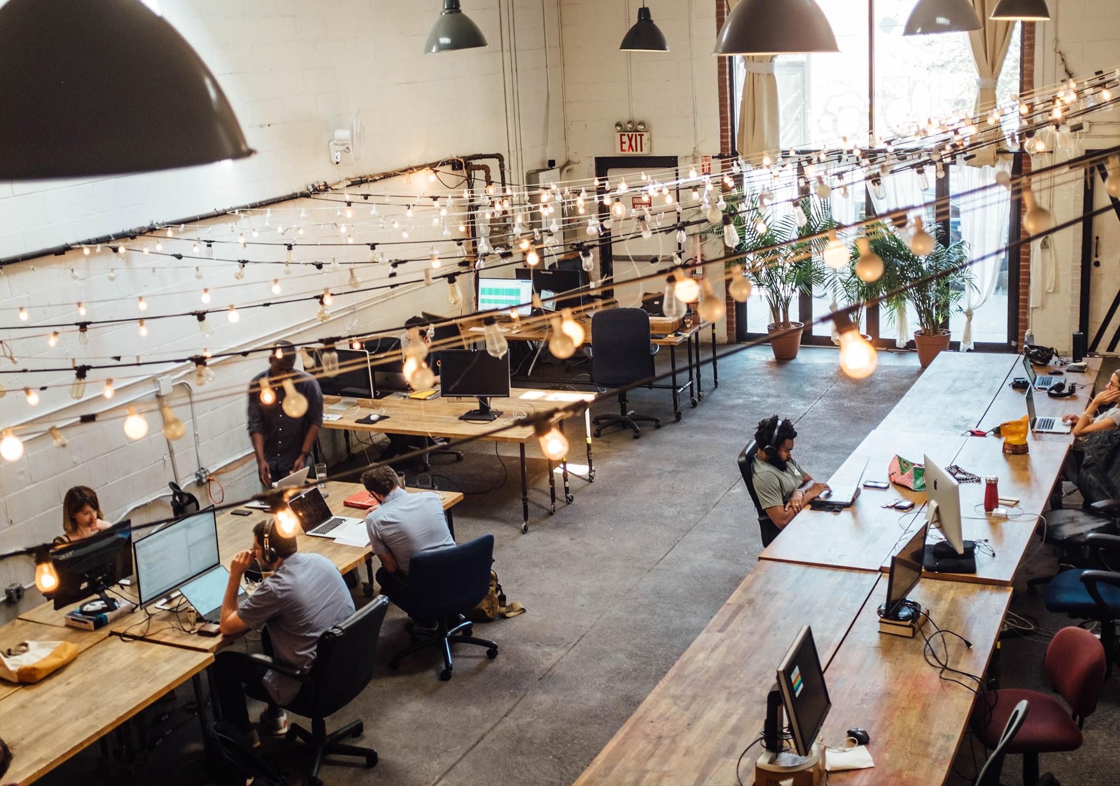 Menschen in einem Coworking Space in New York, von oben gesehen.