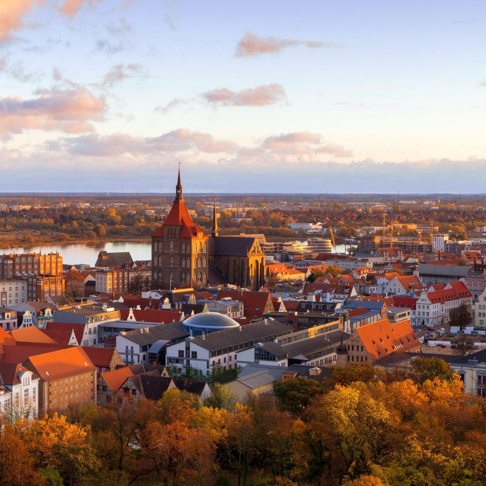 Blick auf Rostock im Herbst.
