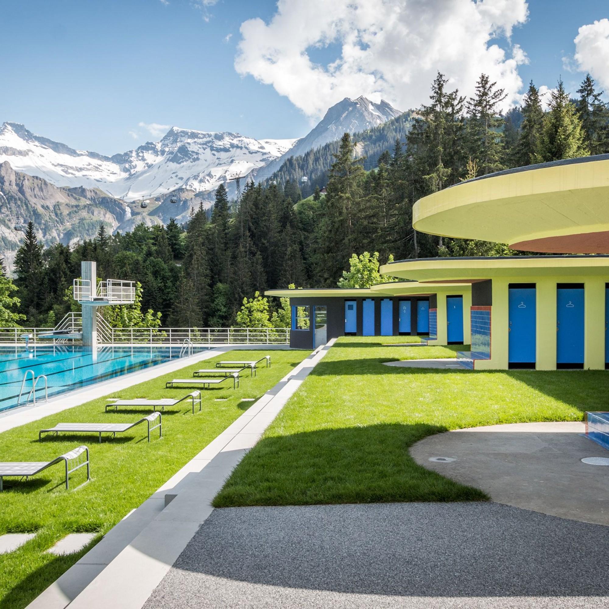 Strandbad Adelboden, Blick auf Becken, Liegeplätze un Garderoben.
