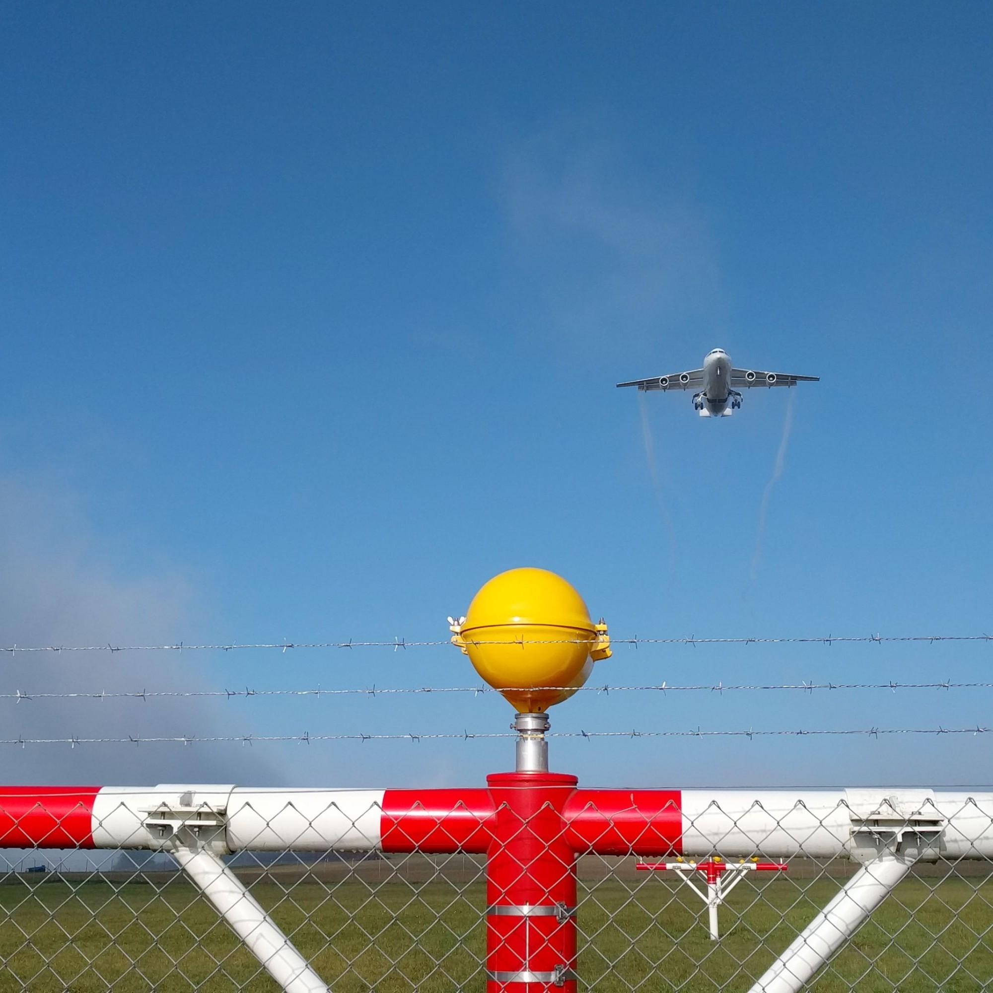 Startendes Flugzeug beim Flughafen Zürich.