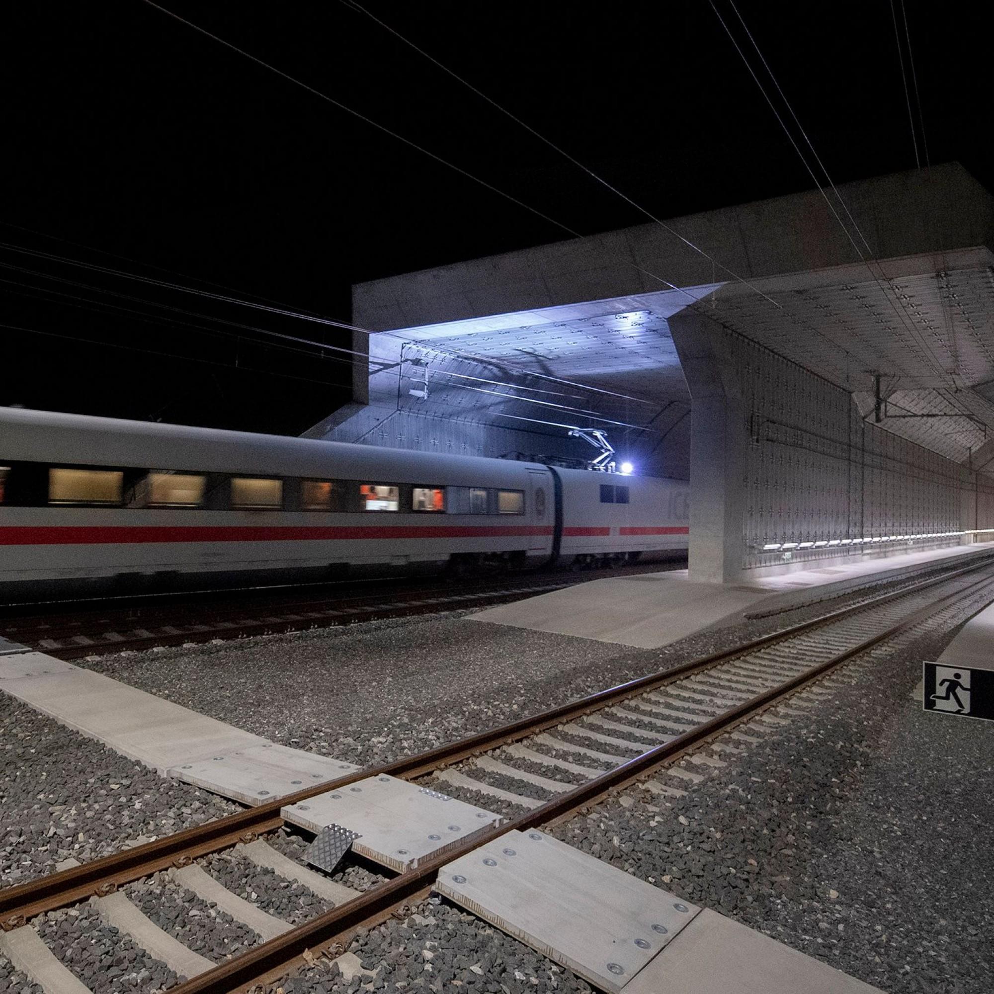 Testfahrt, Ceneribasistunnel bei Nacht.