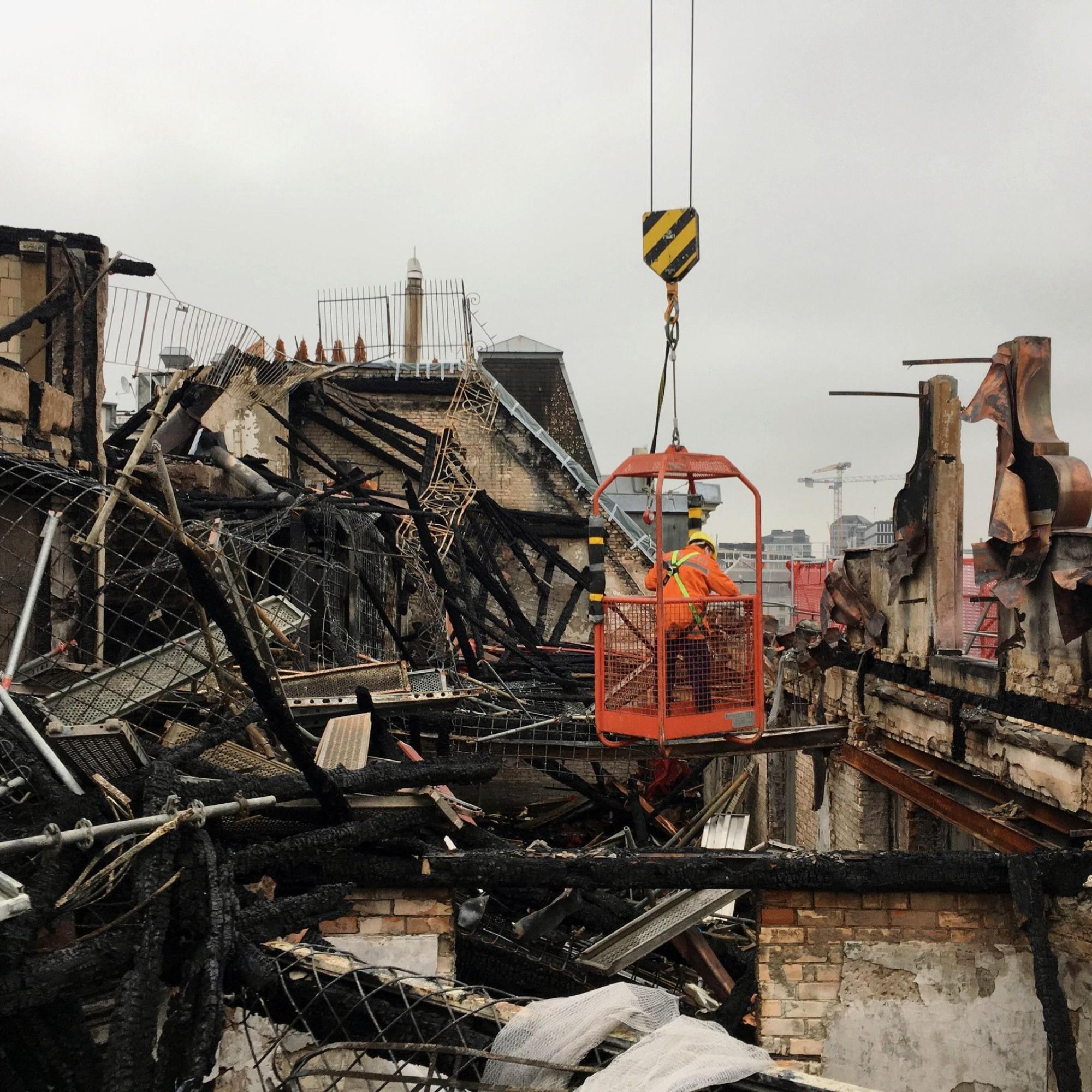 Sachschaden und Aufräumarbeiten nach Grossbrand bei HB Zürich