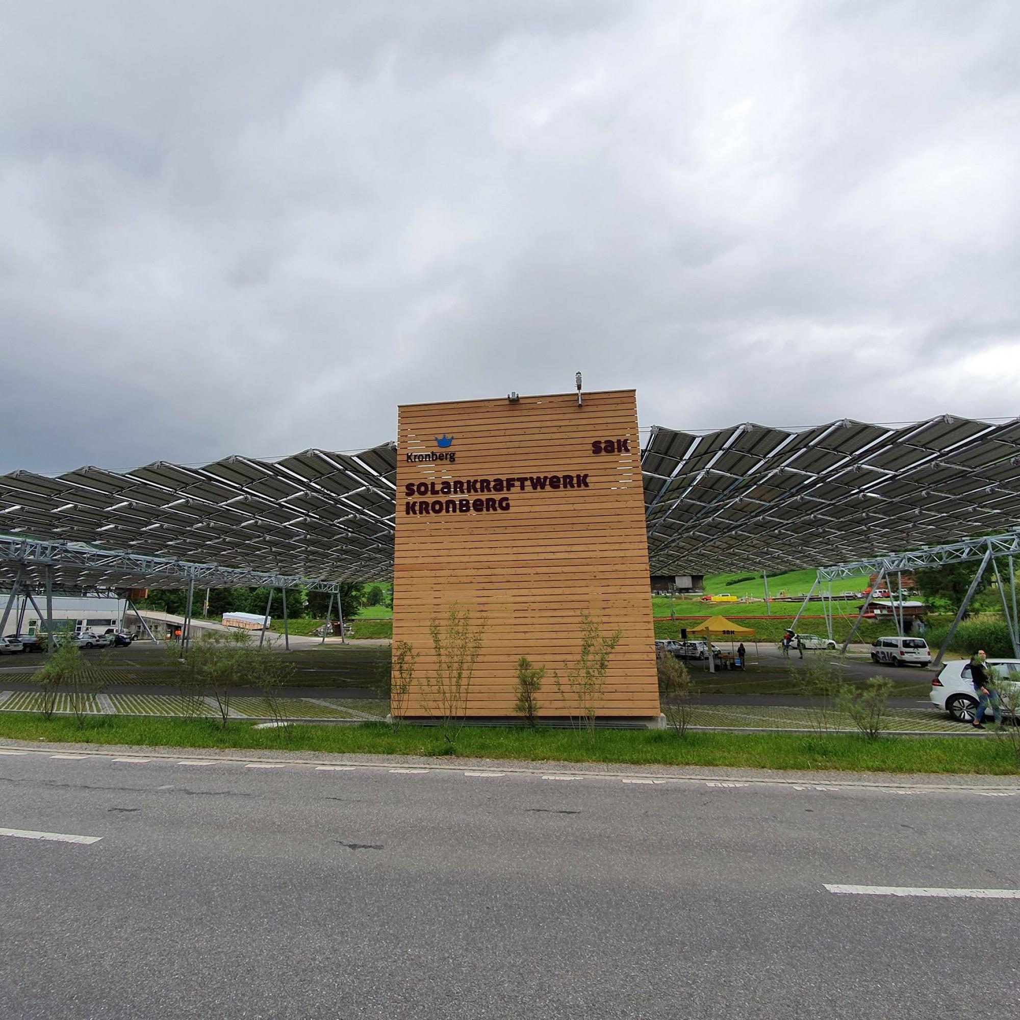Solar-Faltdach von der Strasse aus gesehen.