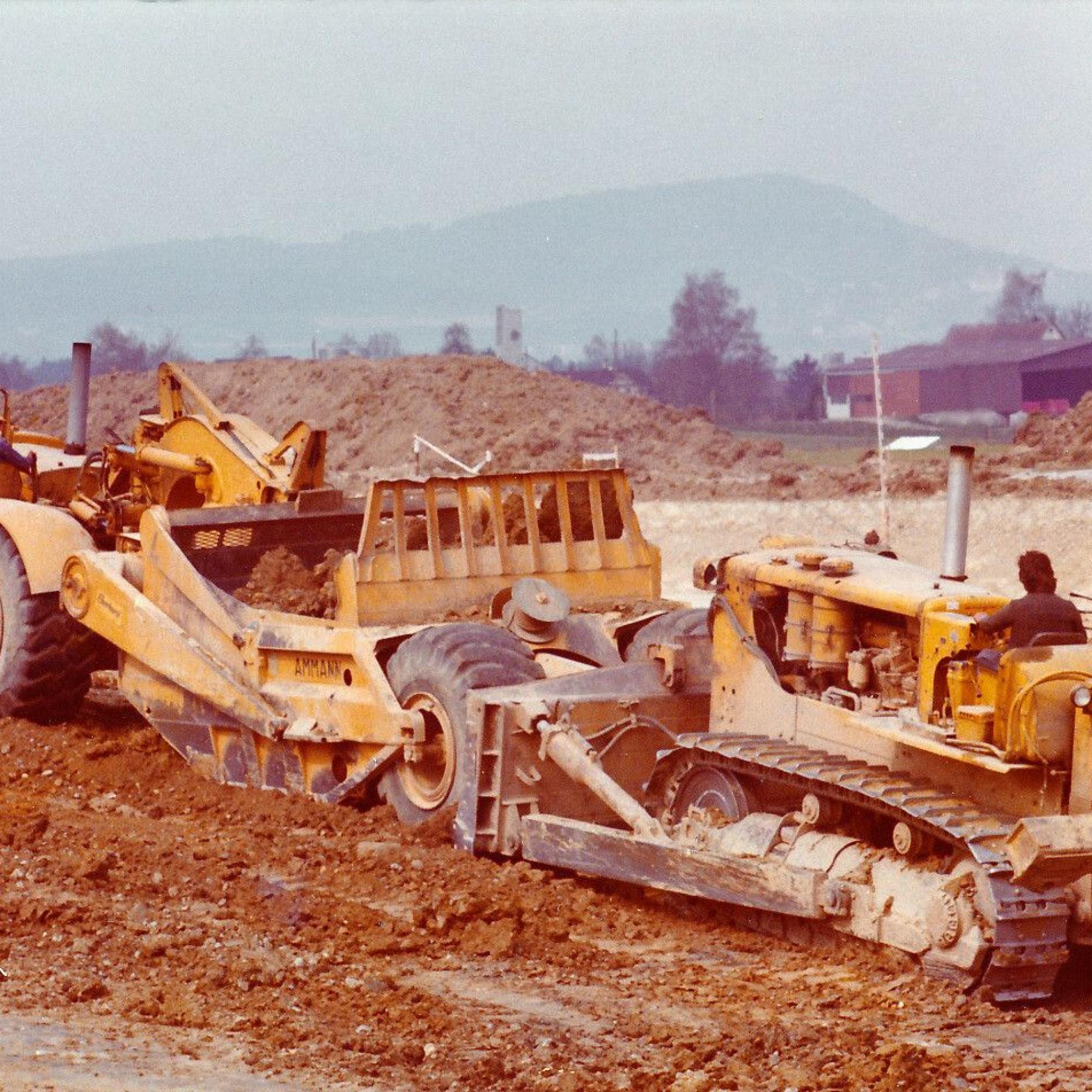 Scraper DW21 und D9E1976 beim Bau des Flughafens Zürich