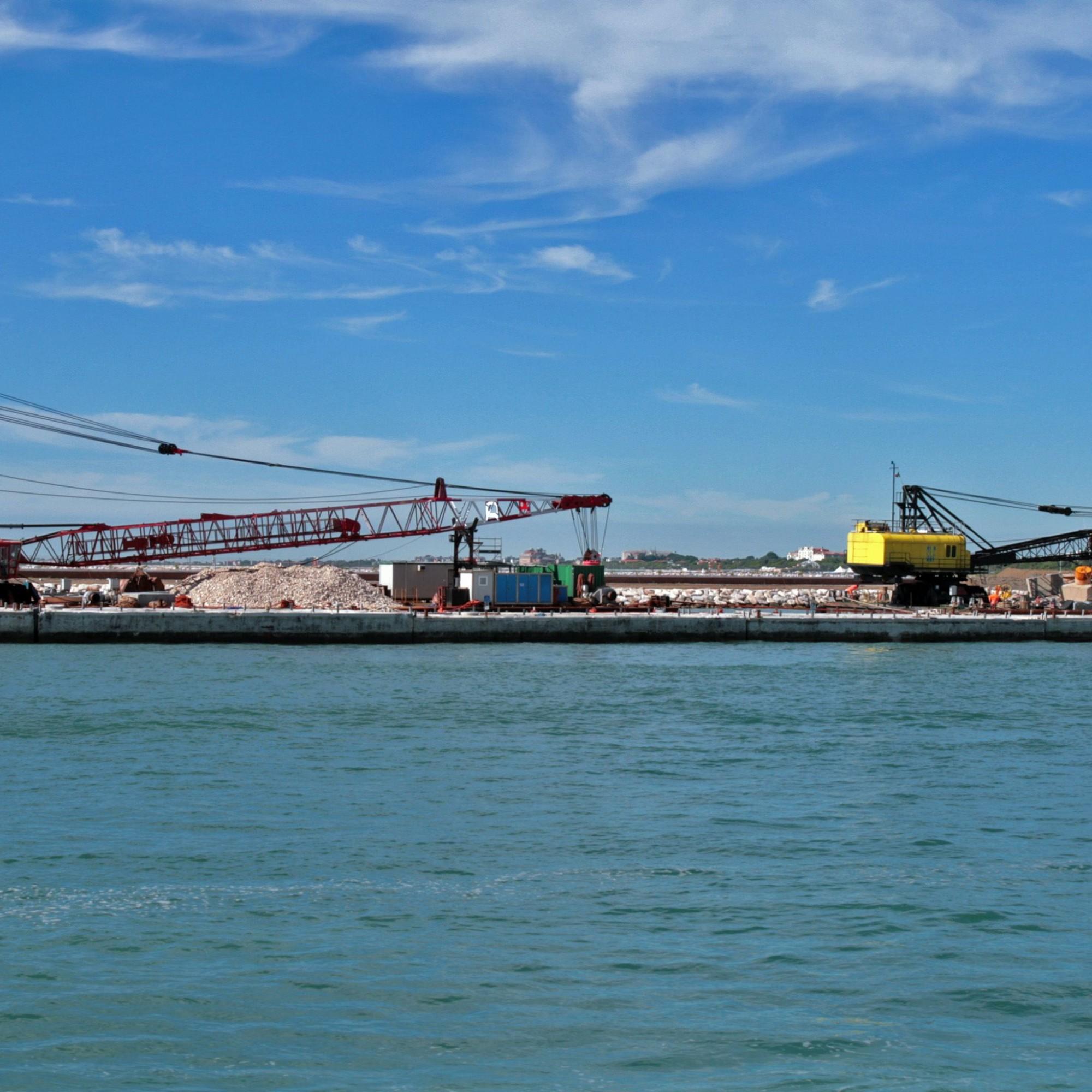 Bau der Barrieren des MOSE-Projekt von Punta Sabbioni aus gesehen.