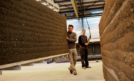 Herstellung der Lehmmauern (zvg)