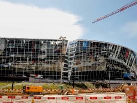 Neuer Nachbar des Flughafens: Bis zu 13,5 Meter kragt «The Circle» über die Kantonsstrasse. 38 Unternehmen kann der Komplex bereits zu seinen Mietern zählen, darunter zwei Fluglinien und zwei IT-Konzerne. (www.thecircle.ch)