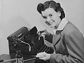 Frau an einer Schreibmaschine